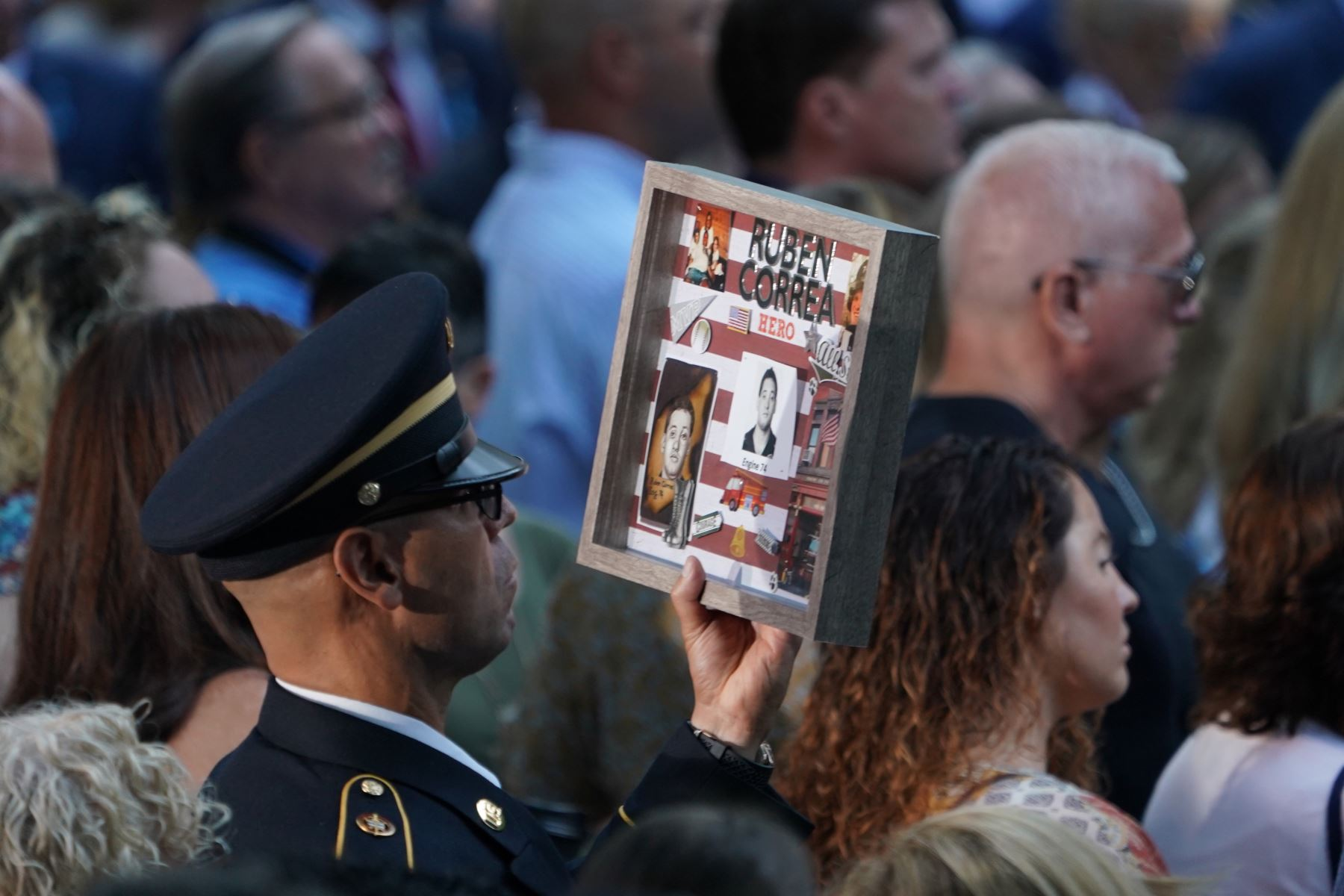 Un pariente sostiene el retrato de una víctima durante la Ceremonia de Conmemoración del 11 de septiembre en el 9/11 Memorial en el World Trade Center en Nueva York.  Foto: AFP