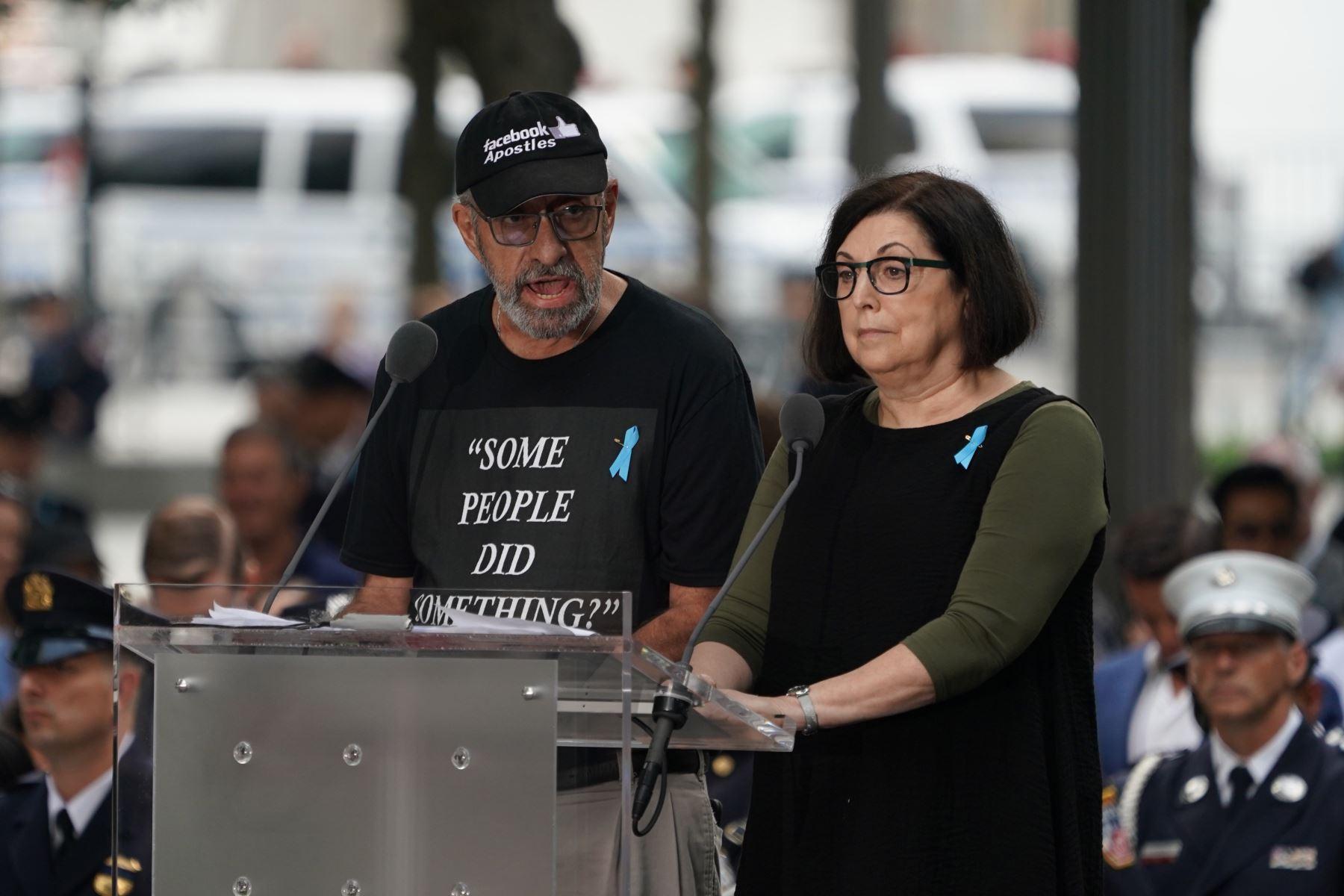 Nic Haros (L) lee los nombres de las víctimas durante la Ceremonia de Conmemoración del 11 de septiembre en el 9/11 Memorial en el World Trade Center en Nueva York.  Foto: AFP