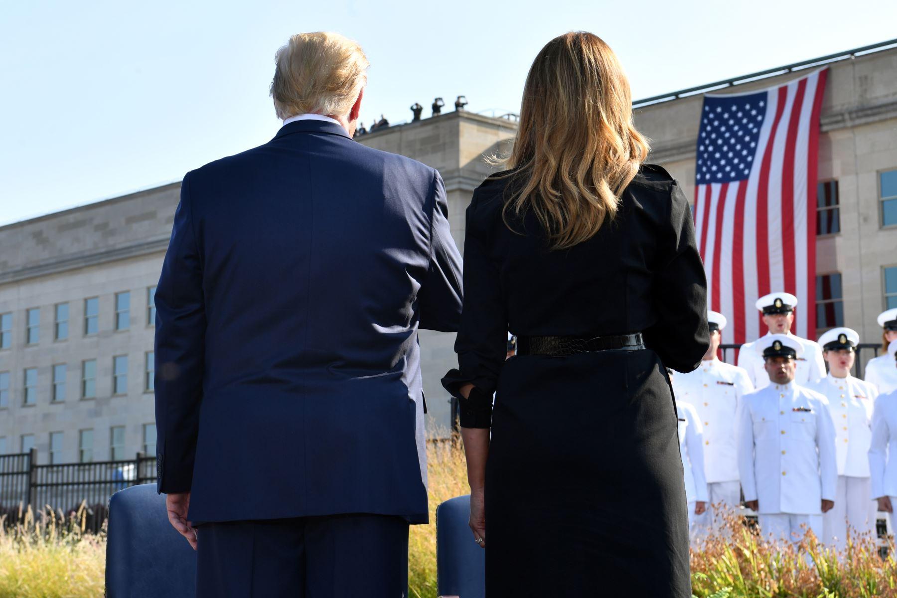 El presidente de los Estados Unidos, Donald Trump, y la primera dama Melania Trump se enfrentan a la bandera de los Estados Unidos durante una ceremonia que marca el 18 aniversario de los ataques del 11 de septiembre, en el Pentágono en Washington, DC.  Foto: AFP