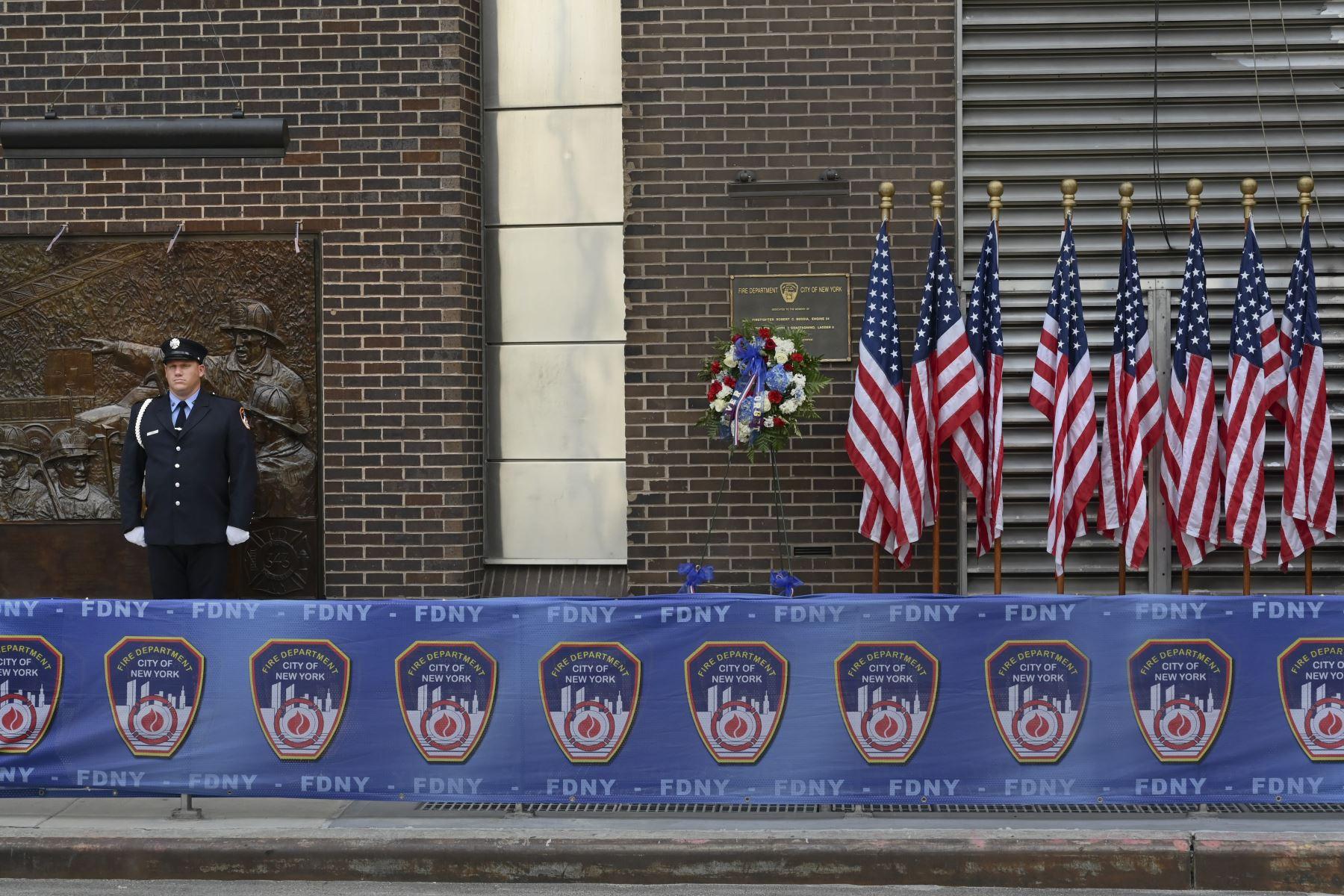 Un bombero de Nueva York está en atención en un Firehouse el 11 de septiembre de 2019, en el 18 aniversario de los ataques del 11 de septiembre.  Foto :AFP