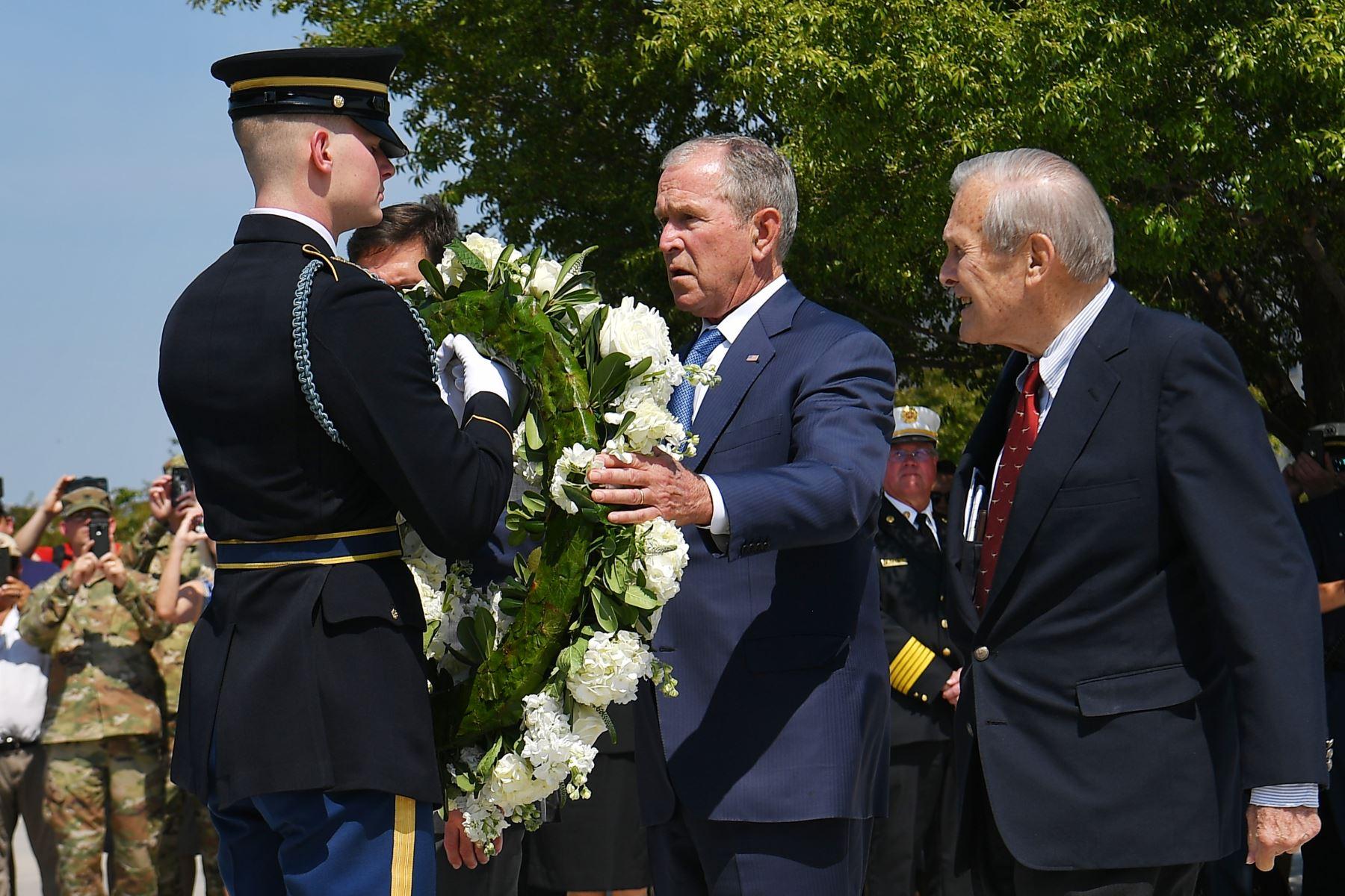 El ex presidente estadounidense George W. Bush y el ex secretario de Defensa Donald Rumsfeld (R) participan en una ceremonia de colocación de coronas para conmemorar el 11 de septiembre en el Memorial del Pentágono en Washington, DC. Foto:AFP