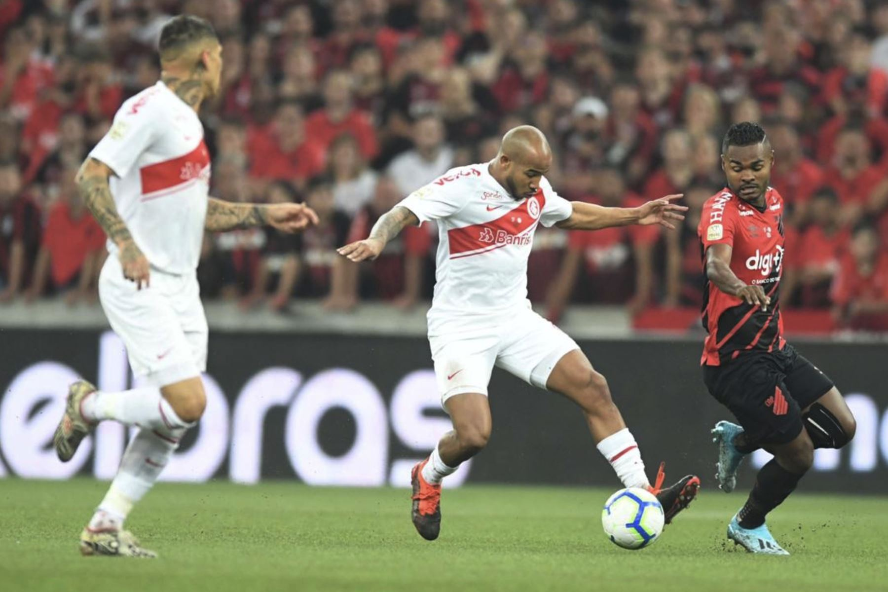 Moledo de Internacional disputa el balon, en el partido de ida por la final de la Copa Brasil. Foto:Twitter Internacional