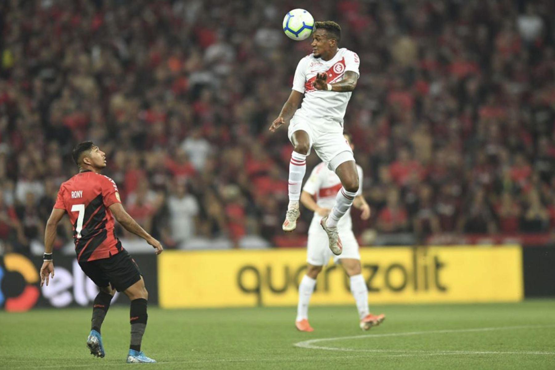 Edenilson Andrade dos Santos, jugador del Internacional rechaza el balón ante el  Paranaense, por la final de Copa Brasil. Foto:Twitter Internacional
