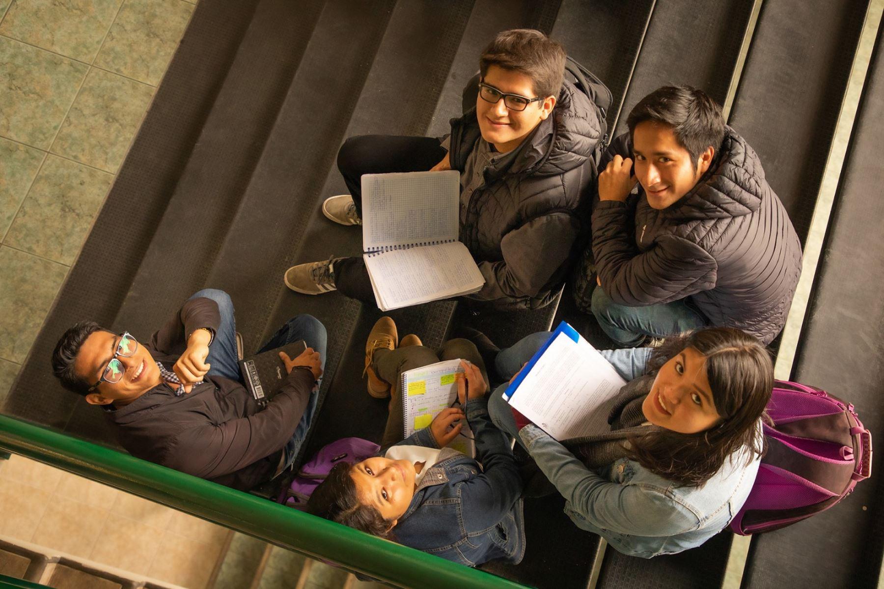 Jóvenes sobresalientes en sus notas no tendrán dificultades económicas para acabar su carrera. Foto: Pronabec