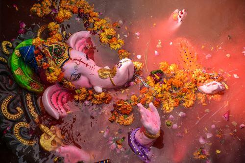 Devotos hindúes llevan ídolos de la deidad con cabeza de elefante en Mumbai