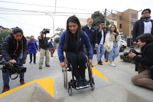 Alcalde de Lima, Jorge Muñoz, acompañado por la paradeportista Pilar Jáuregui, presentó nuevas rampas para sillas de ruedas en la ciudad