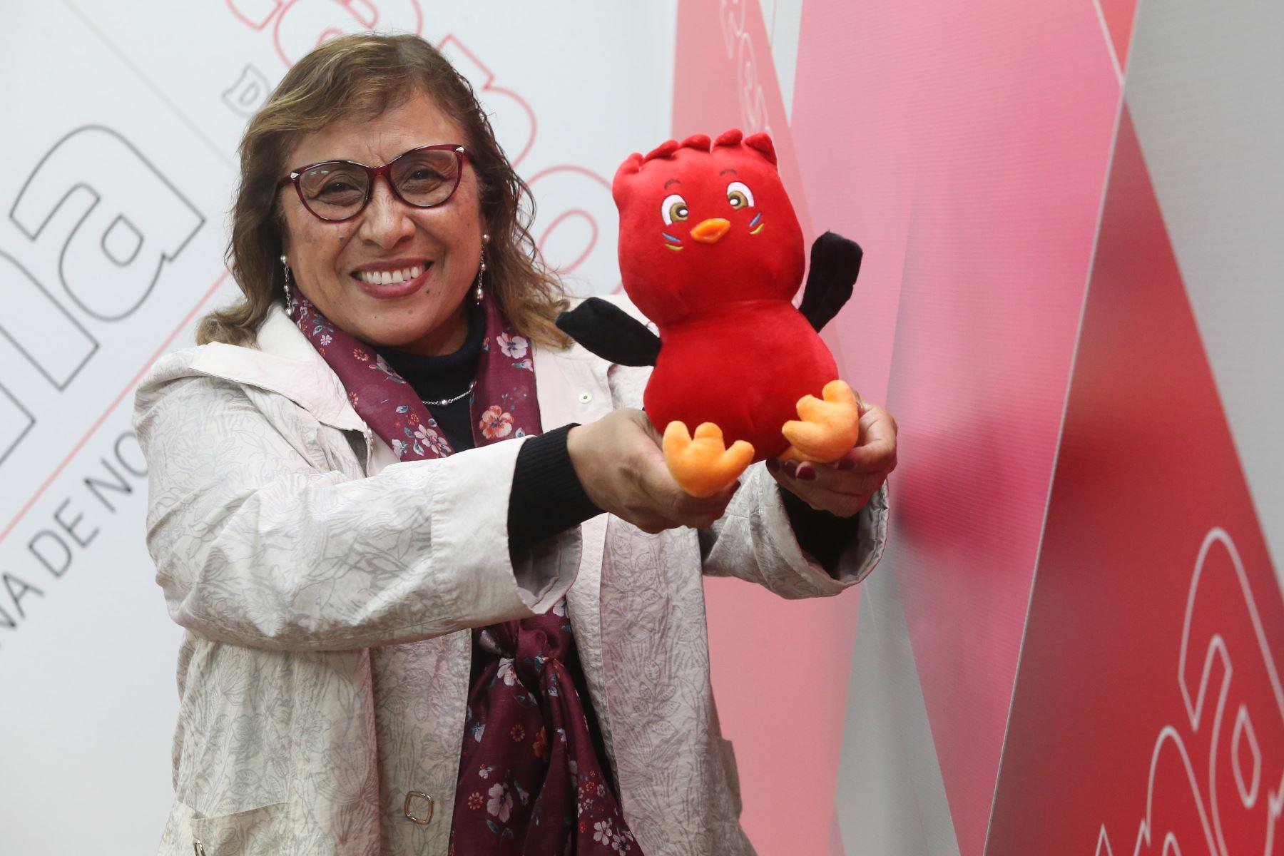 """Susana Córdova lleva entre manos a """"Rafito"""", mascota oficial de los Juegos Escolares 2019. Foto: ANDINA/Eddy Ramos"""