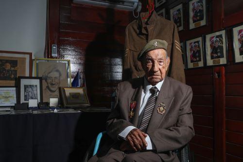 Condecoración a Jorge Sanjinez, veterano peruano de la Segunda Guerra Mundial