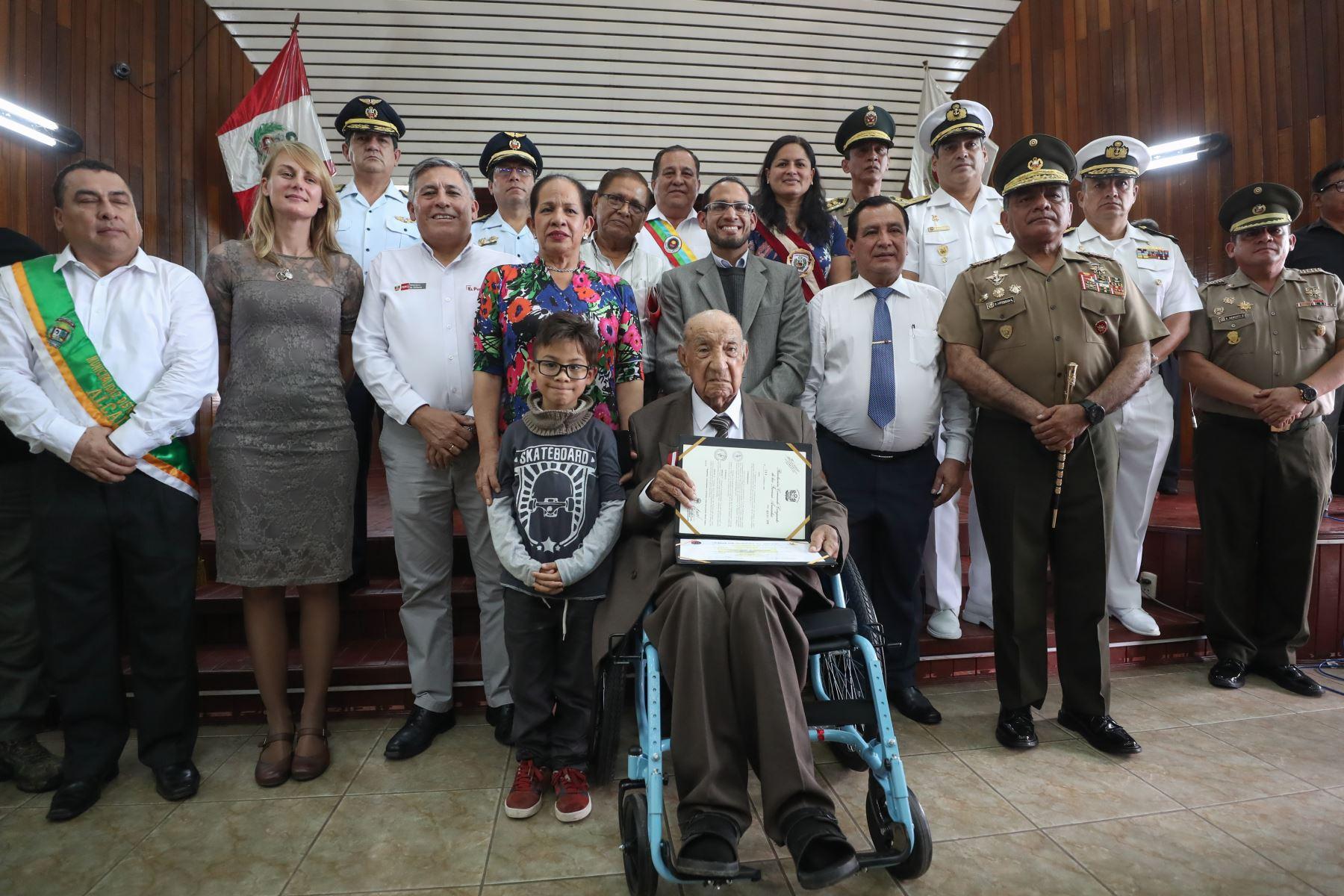 familiares acompañan a Jorge Sanjinez, veterano peruano de la Segunda Guerra Mundial condecorado por el Ministro de Defensa, Jorge Moscoso. Foto: MINDEF