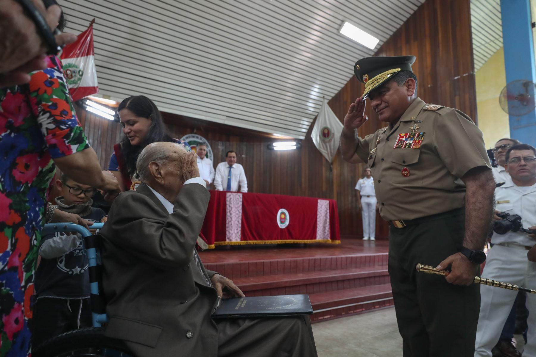 Jorge Sanjinez, veterano peruano de la Segunda Guerra Mundial es condecorado por el Ministro de Defensa, Jorge Moscoso. Foto: MINDEF
