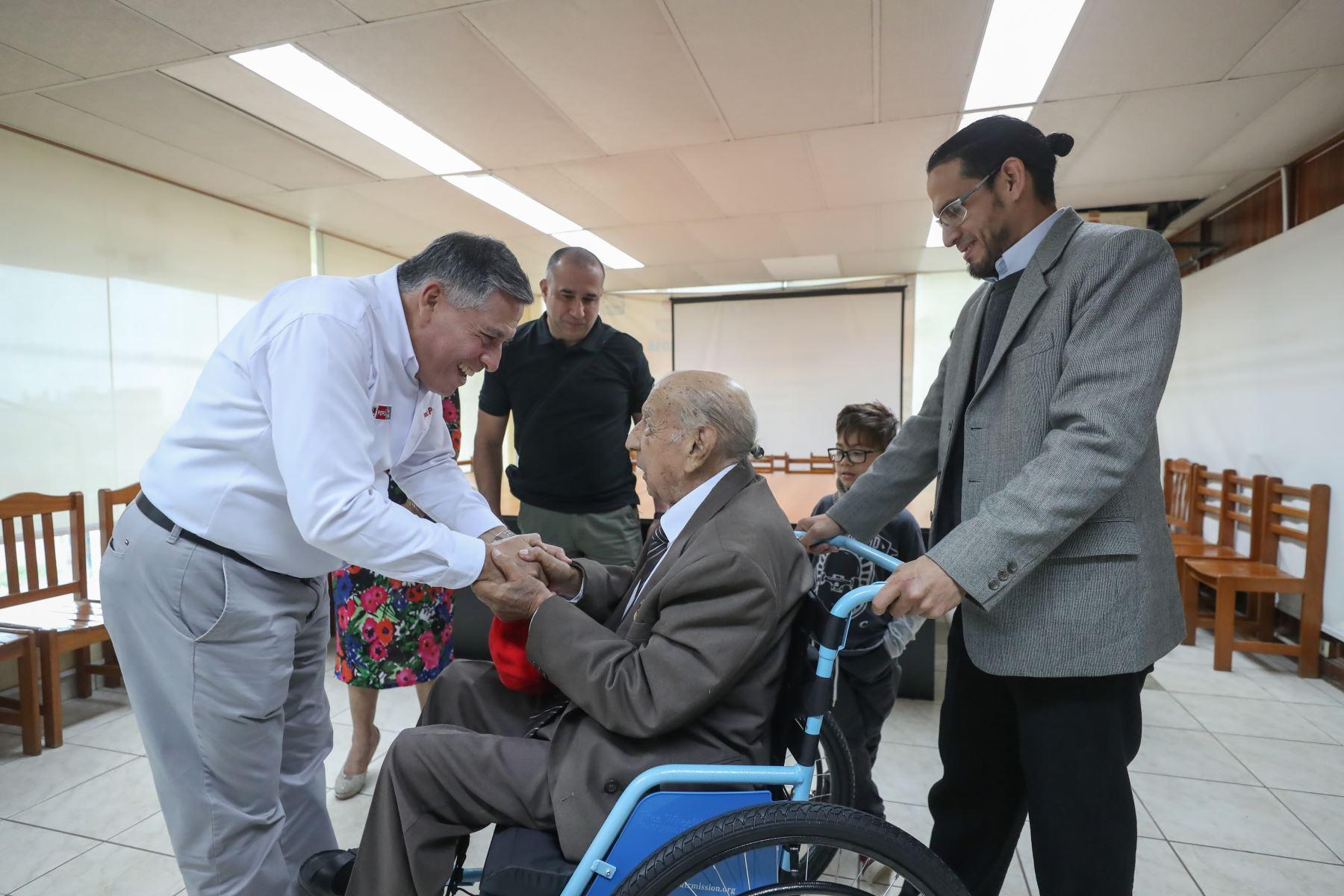 Ministro de Defensa, Jorge Moscoso saluda a Jorge Sanjinez, veterano peruano de la Segunda Guerra Mundial. Foto: MINDEF