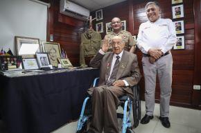Ministro de Defensa, Jorge Moscoso, presidió distinción a Jorge Sanjinez Lenz, veterano peruano de la Segunda Guerra Mundial.