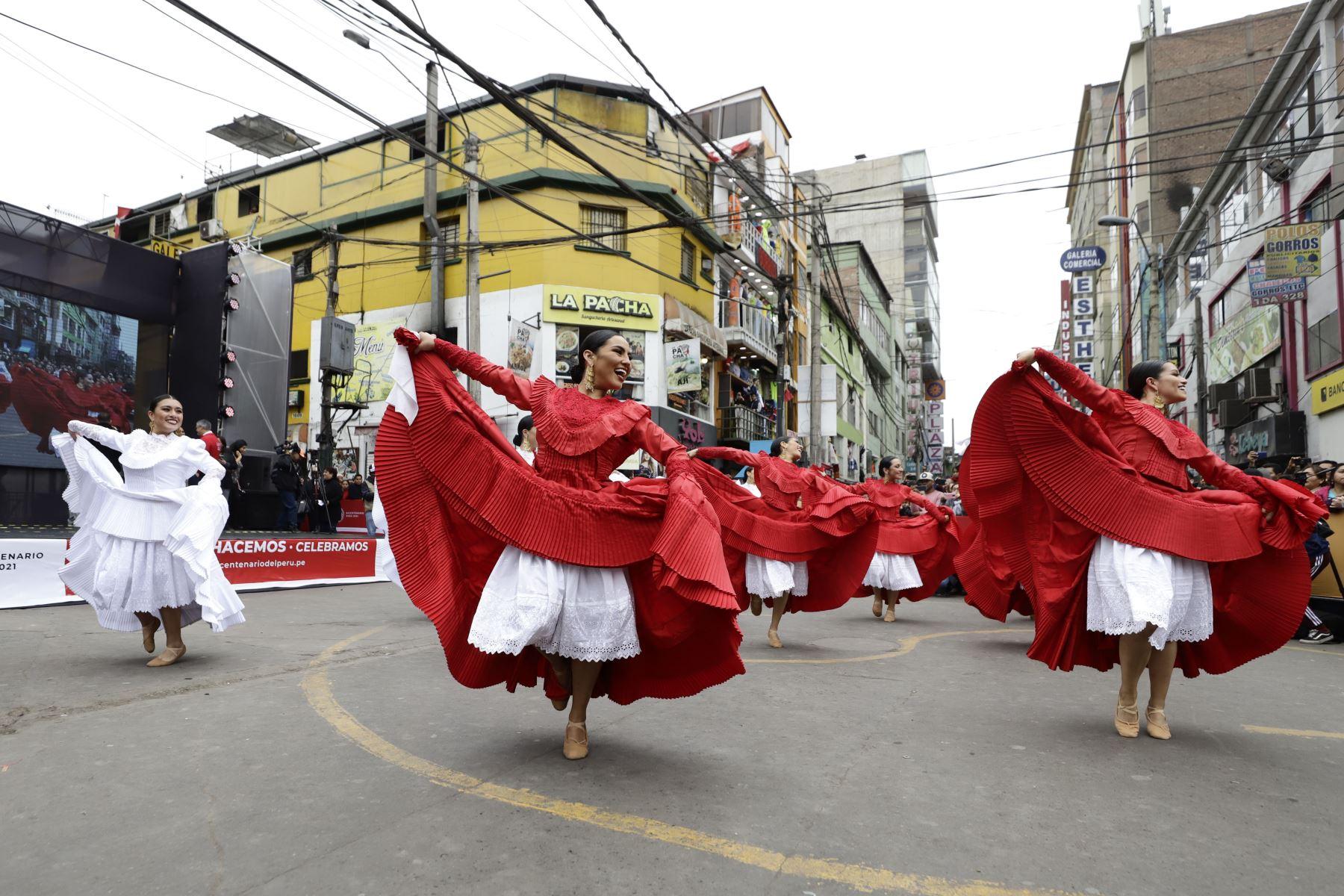 """A ritmo de marinera norteña de la región La Libertad,  artistas danzan en el  lanzamiento del evento  """" Giras Bicentenario """" . Foto: MINCUL"""