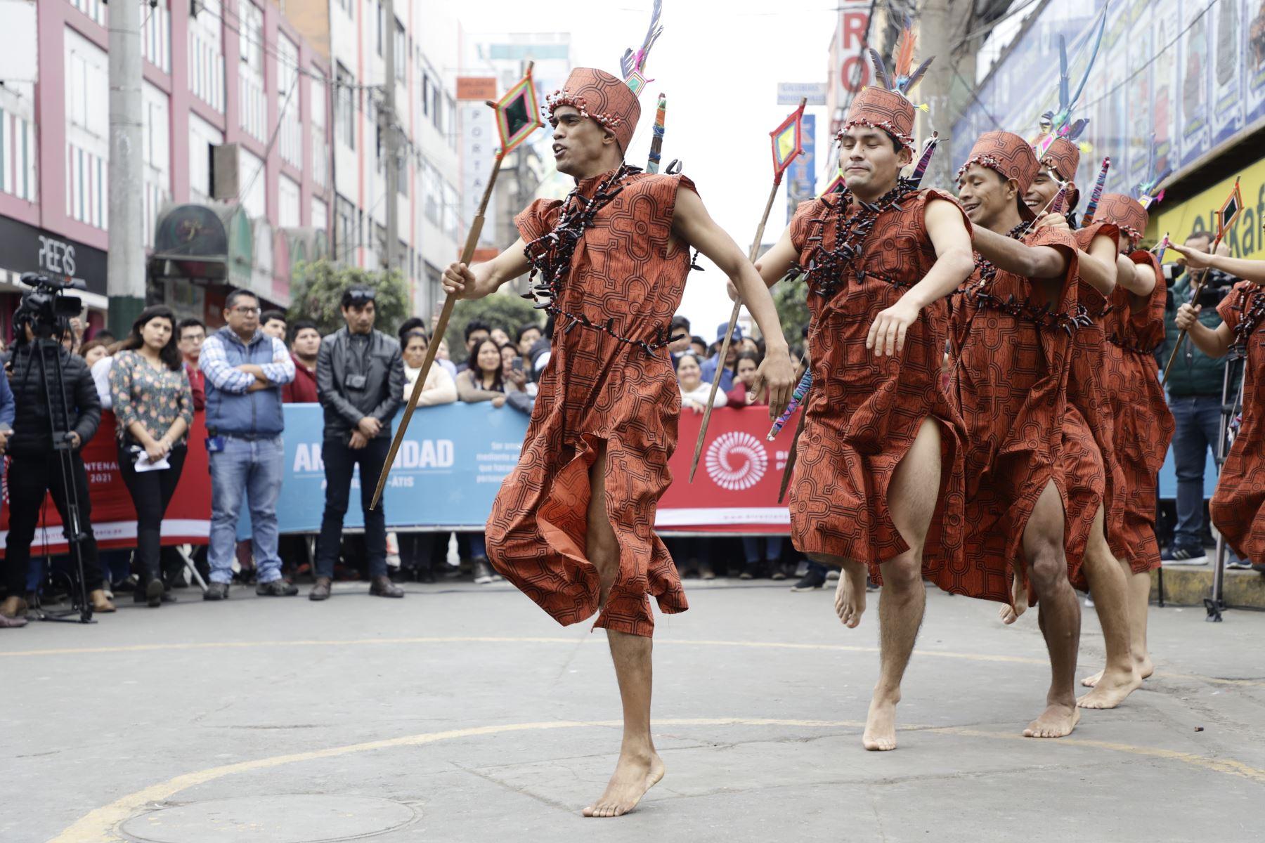 """Danza Petati de la región Ucayali se exhibe en el  lanzamiento del evento """" Giras Bicentenario """". Foto: MINCUL"""