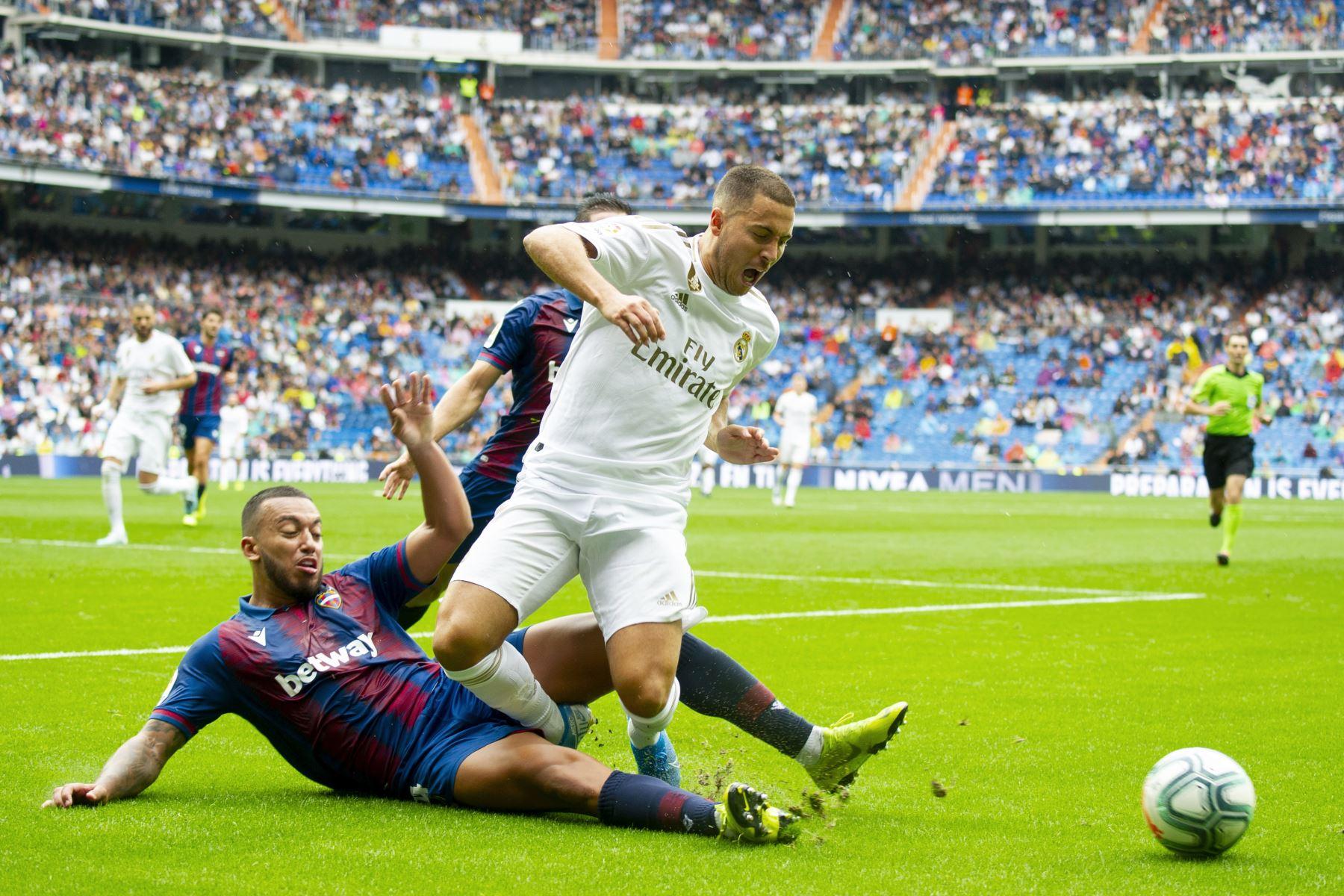 Real Madrid vence 3-2 al Levante. Eden Hazard y el portugués Rubén Vezo disputan el balón. Foto: AFP