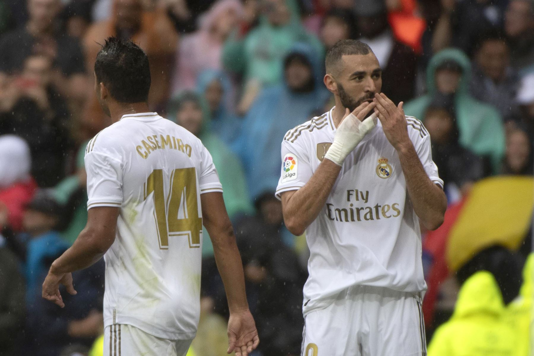 Real Madrid vence 3-2 al Levante con un doblete de Benzema quien lo celebra junto a Casemiro. Foto: AFP
