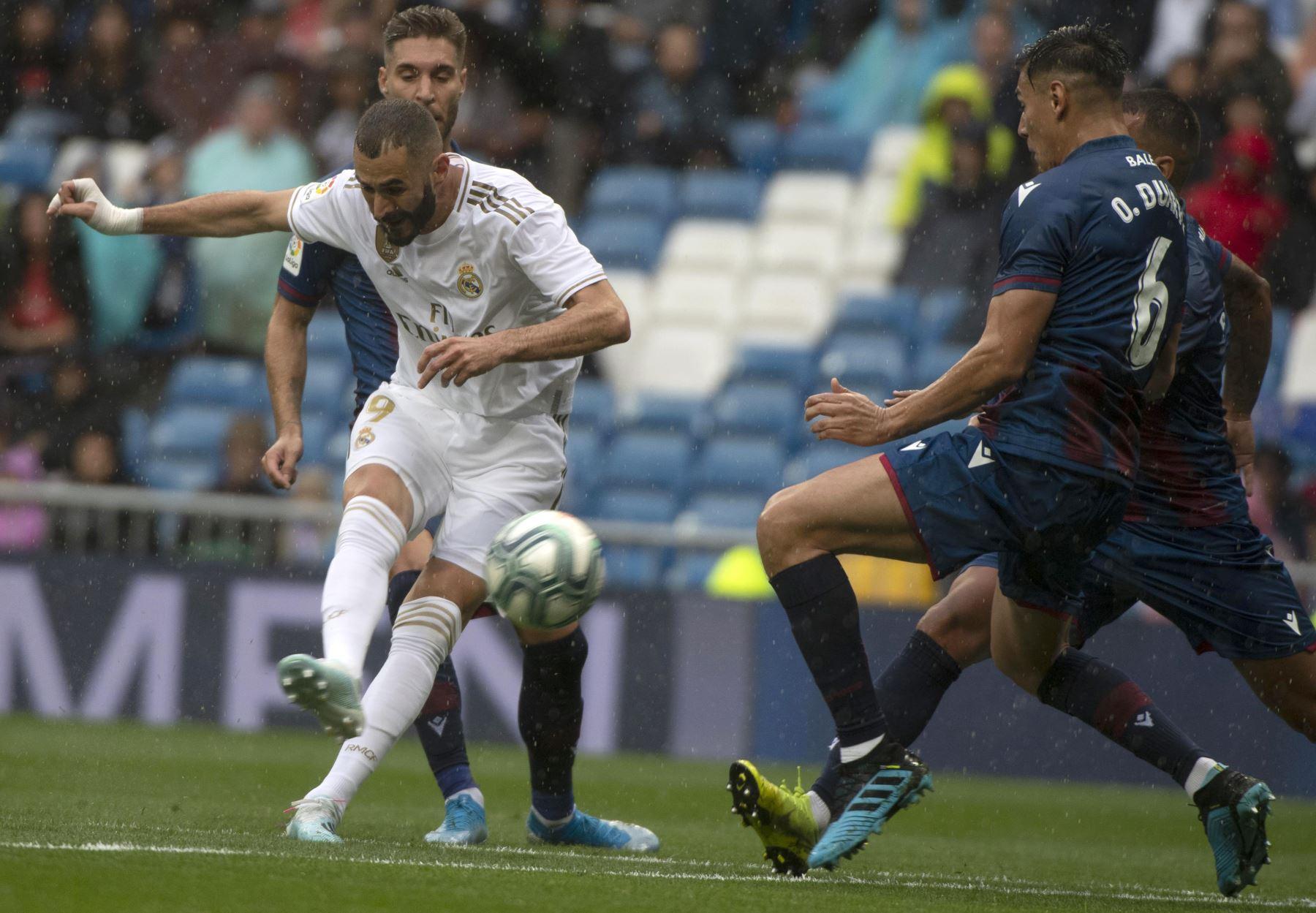 Real Madrid vence 3-2 al Levante con un doblete de Karim Benzema. El defensa Oscar Duarte intenta bloquear el disparo. Foto: AFP
