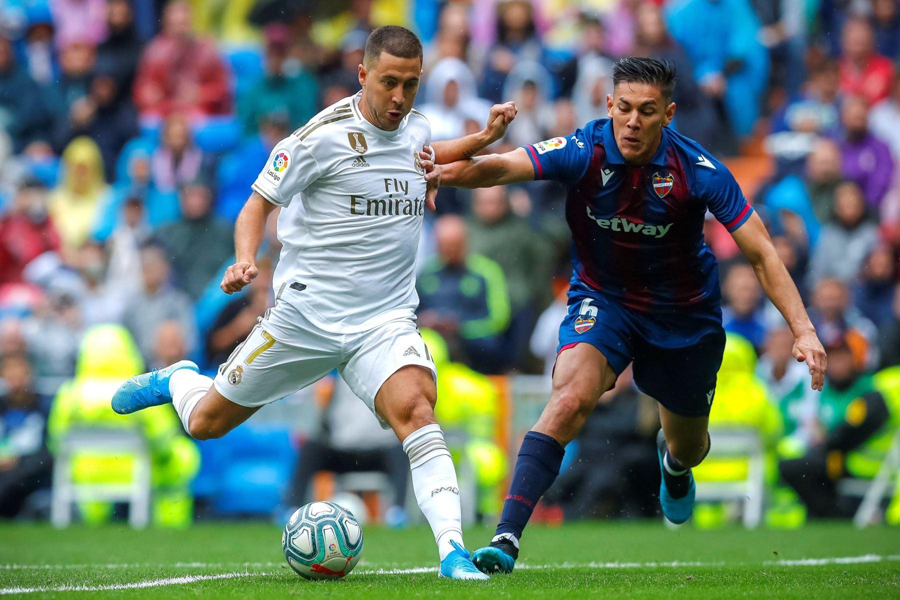 Real Madrid vence 3-2 al Levante con un doblete de Benzema. El delantero belga Eden Hazard controla el balón ante el jugador costarricense del Levante Duartea en la cuarta jornada de La Liga Santander. Foto: EFE. Foto: EFE