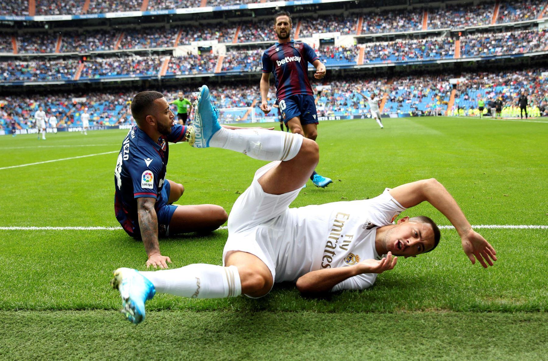 Real Madrid vence 3-2 al Levante. Eden Hazard (d) y el portugués Rubén Vezo disputan el balón. Foto: EFE