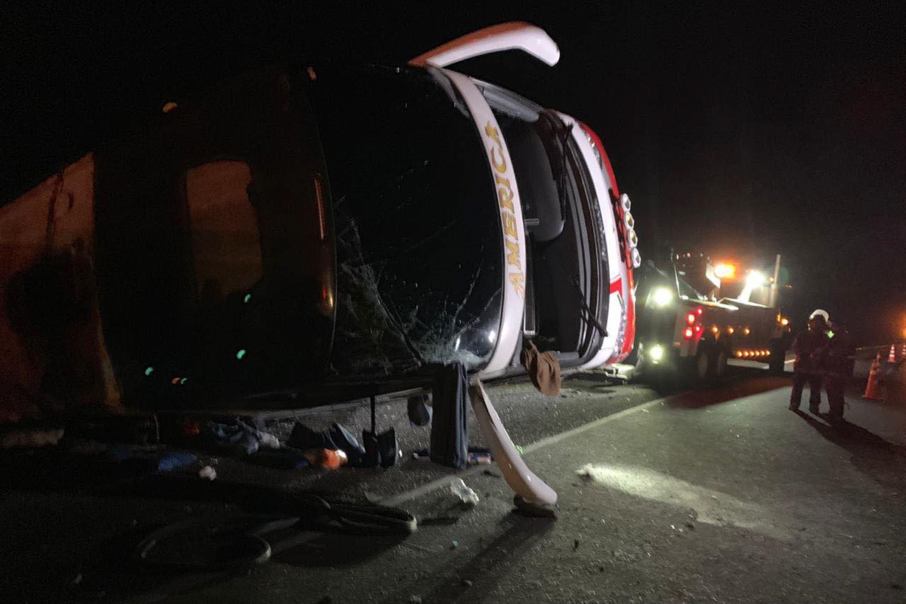 Bus interprovincial que se volcó esta madrugada en la Panamericana Norte provincia de Huarmey