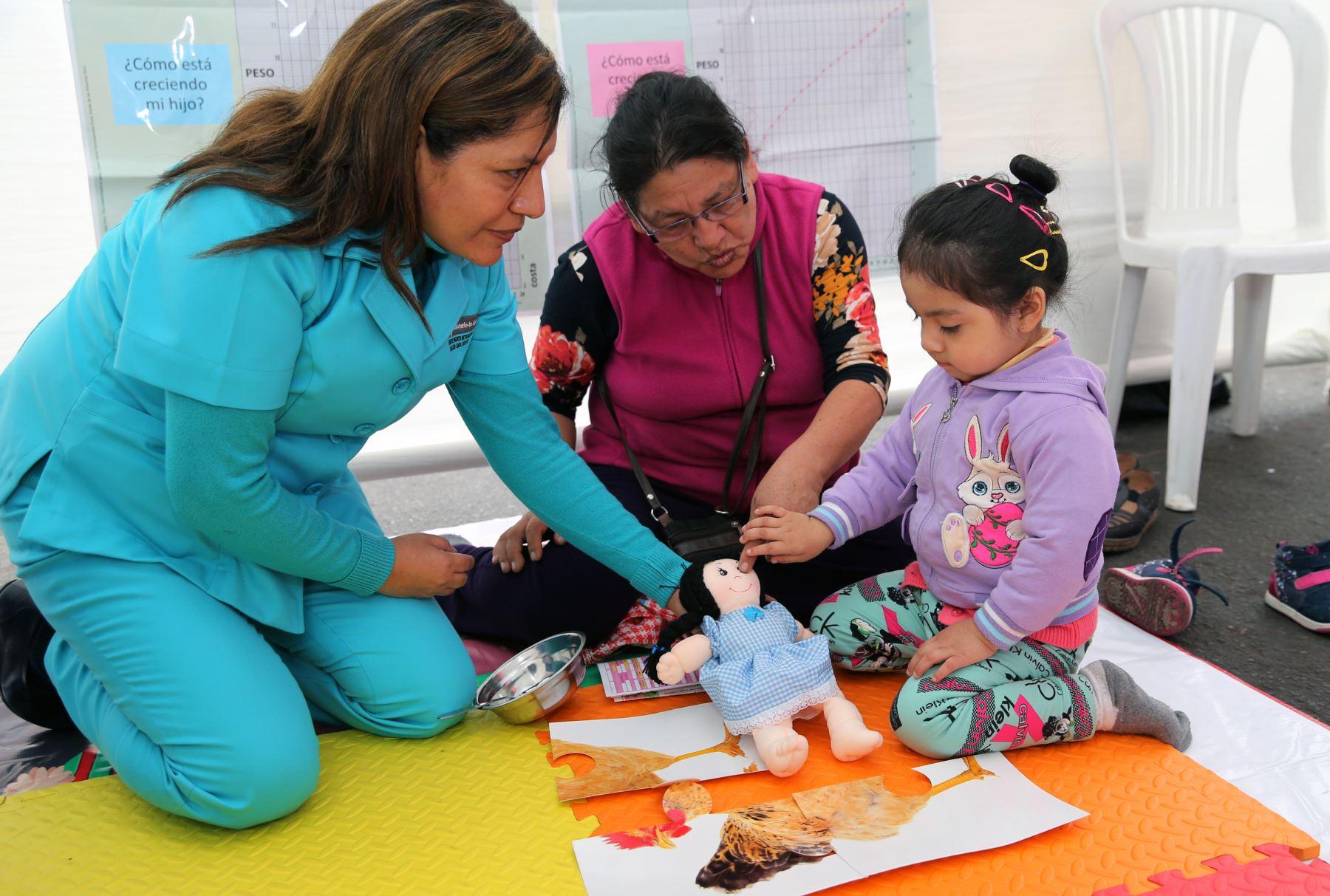 Personal del Minsa motivo a los pequeños a través de divertidos juegos. Foto: ANDINA/Norman Córdova