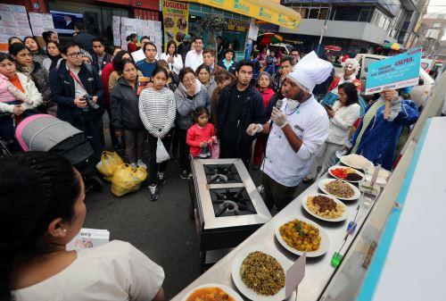 Minsa reparte platos ricos en hierro en San Martín de Porres