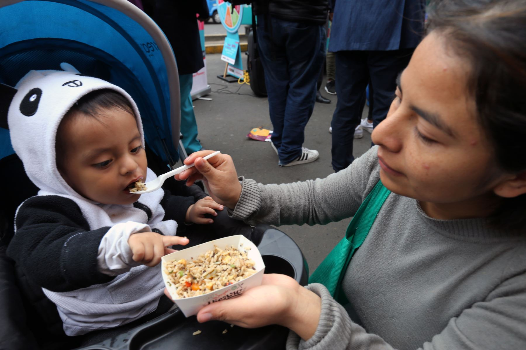 """Los Food Trucks """"Sazón de Hierro"""" del Ministerio de Salud  (Minsa) en alianza con empresa privada, repartieron  platos ricos en hierro en distrito de San Martín de Porres. Foto: ANDINA/Norman Córdova"""