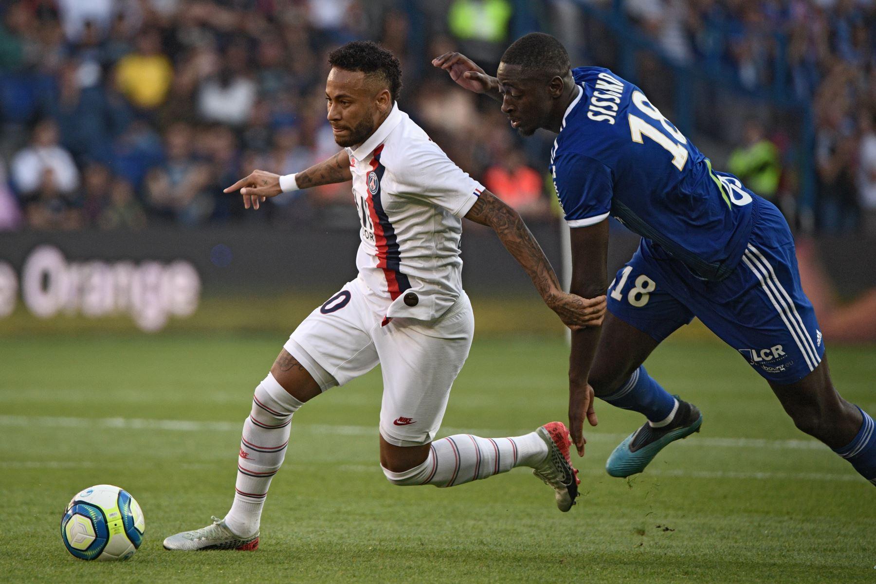 Astro brasileño Neymar le dio la victoria al PSG con gran actuación. Ibrahima Sissoko del Racing de Estrasburgo intenta poseer el balón. Foto: AFP