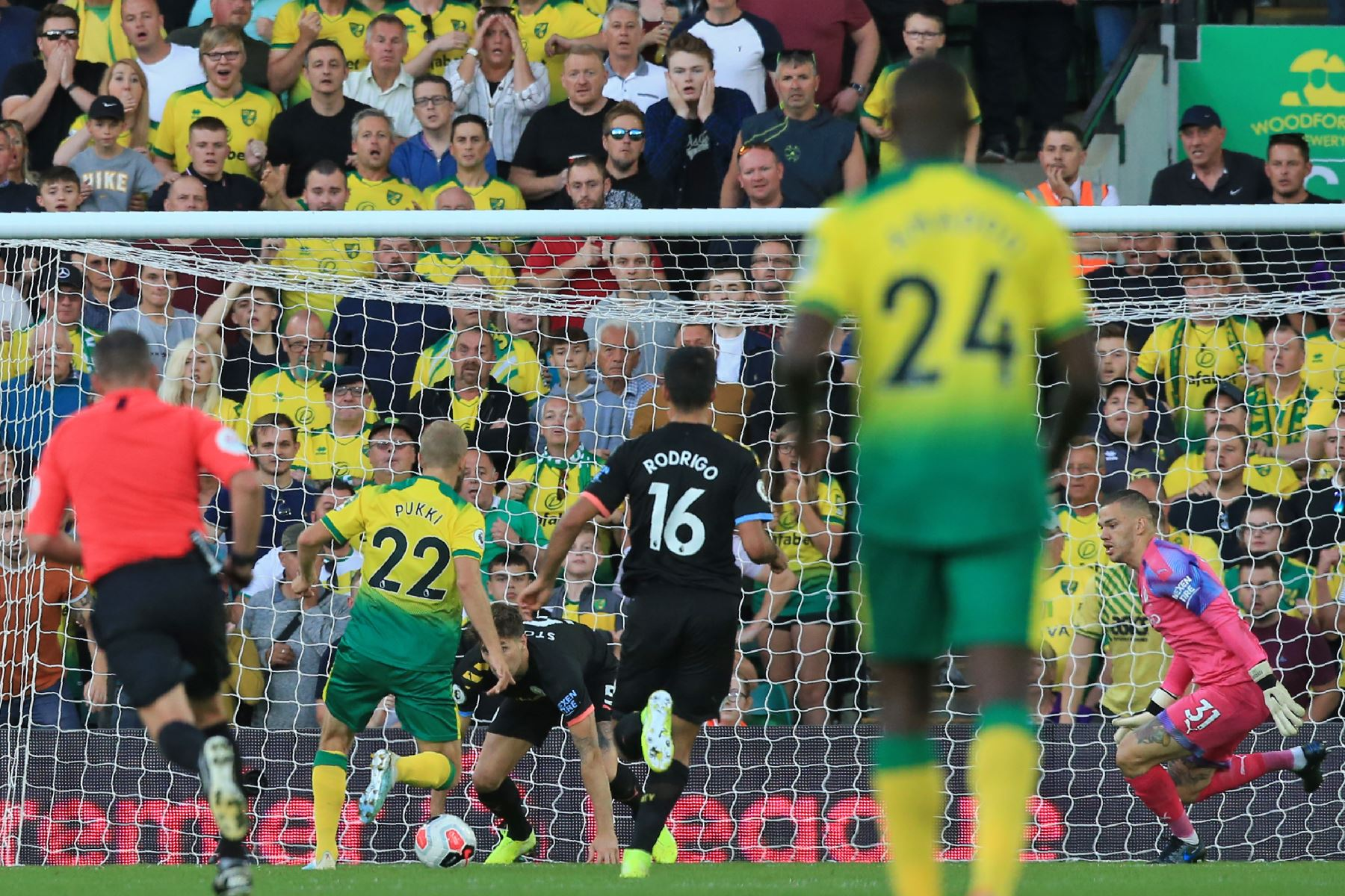 Manchester City perdió 3-2 ante Norwich City por la quinta jornada de la Premier League en el estadio Carrow Road. Foto: AFP