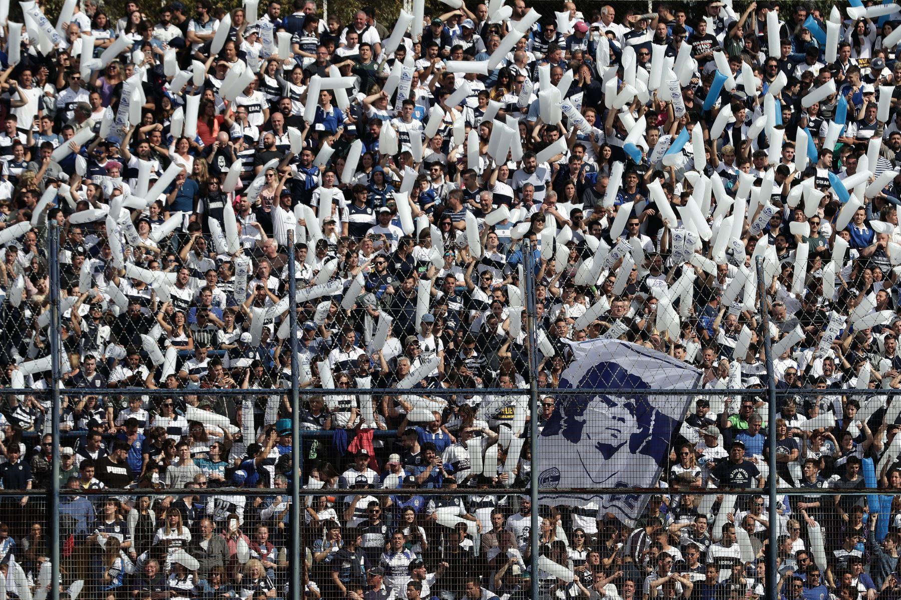Los partidarios de Gimnasia y Esgrima La Plata animan a su equipo y a su nuevo entrenador, el ex estrella de fútbol argentino Diego Armando Maradona, antes del inicio de su partido de fútbol de la Superliga de Primera División de Argentina contra el Racing CluB. Foto: AFP