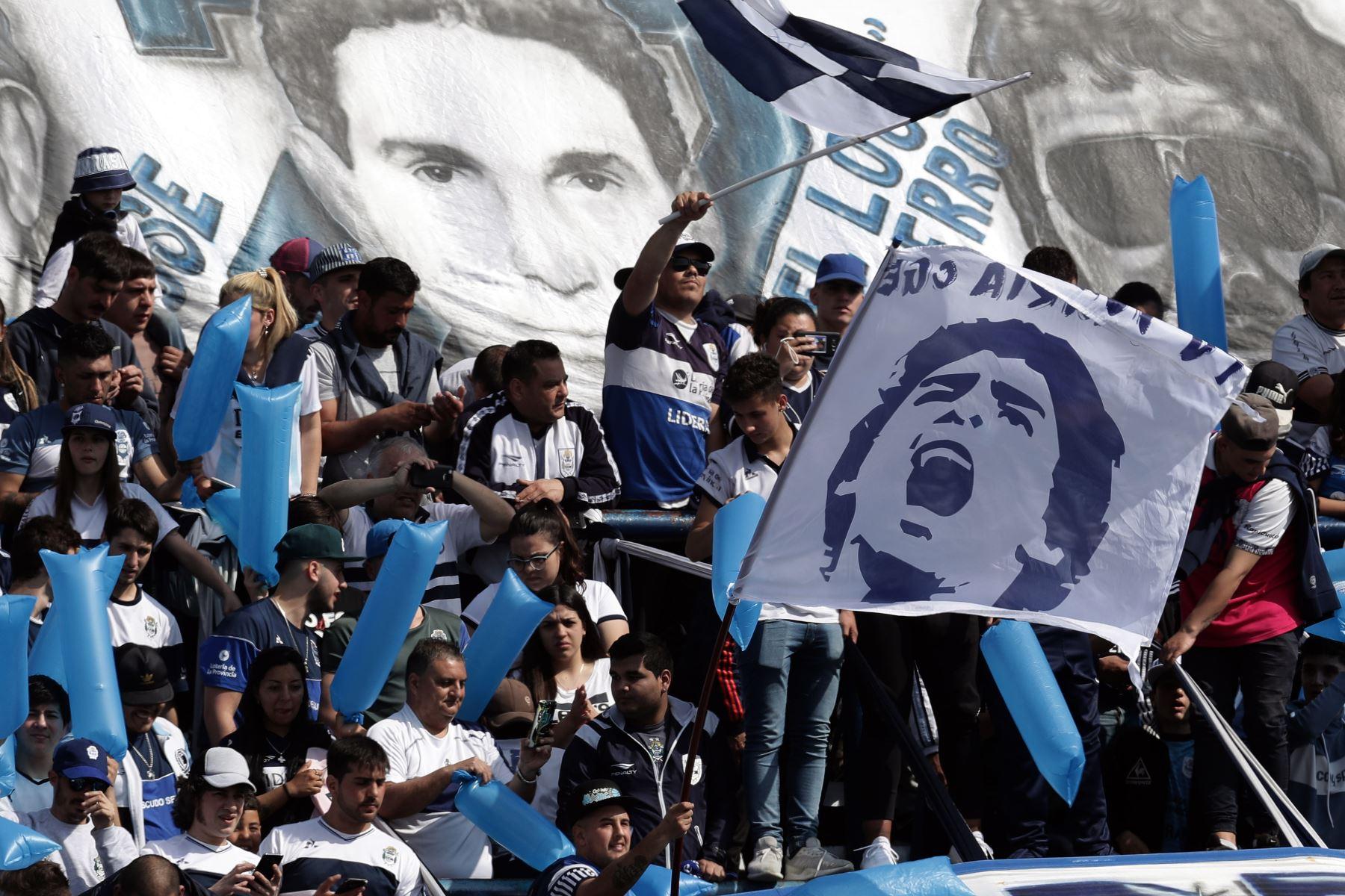 Los partidarios de Gimnasia y Esgrima La Plata animan a su equipo y a su nuevo entrenador, el ex estrella de fútbol argentino Diego Armando Maradona, antes del inicio de su partido de fútbol de la Superliga de Primera División de Argentina contra el Racing Club Foto: AFP