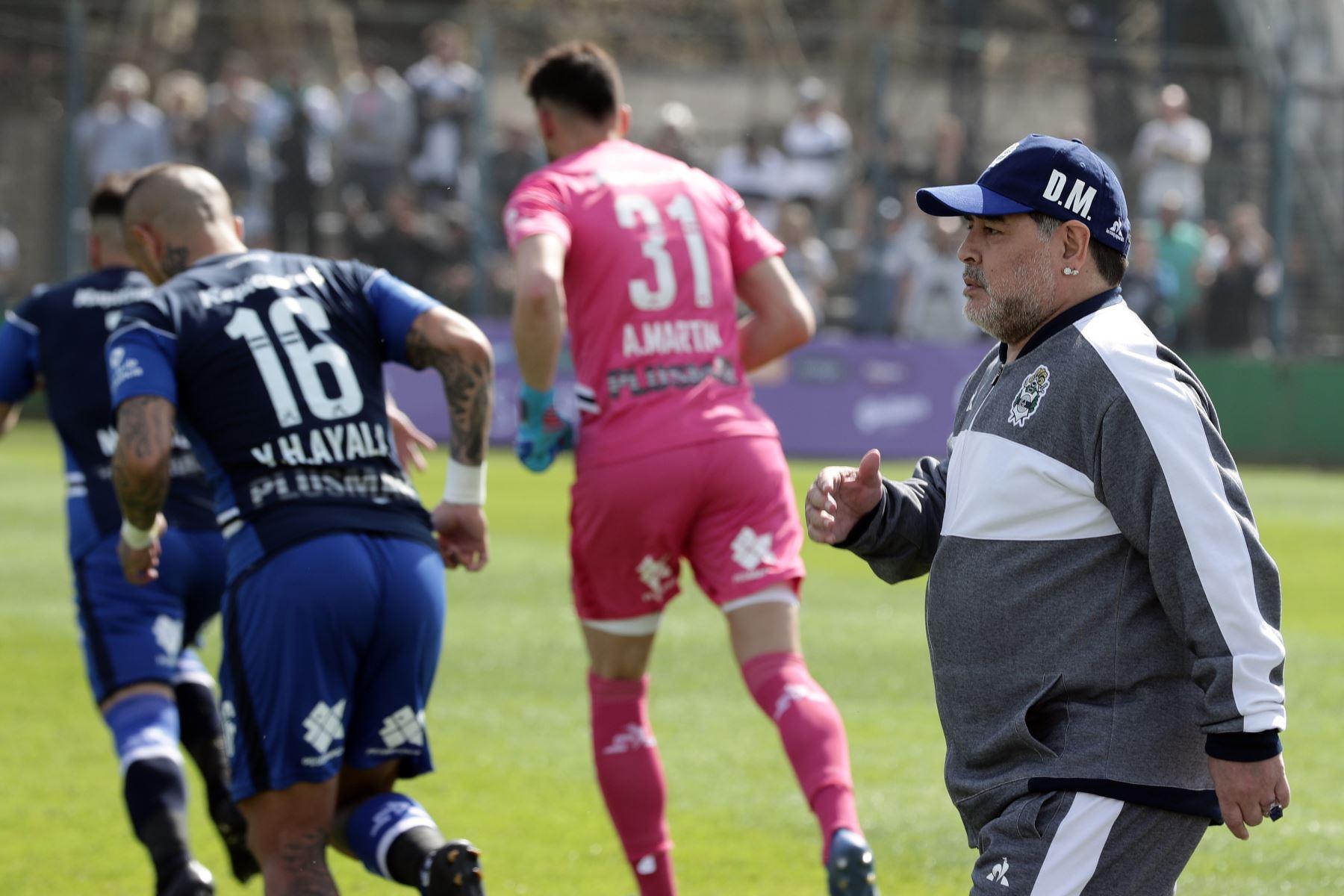 Ex estrella argentina del fútbol y entrenador del nuevo equipo de Gimnasia y Esgrima La Plata Diego Armando Maradona hace gestos antes del inicio de su partido de fútbol de la Superliga de la Primera División de Argentina contra el Racing Club. Foto: AFP