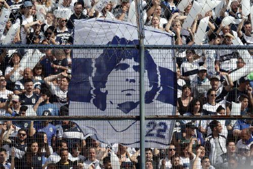 Apoteósico recibimiento  a Diego Armando Maradona en su debut como técnico de Gimnasia
