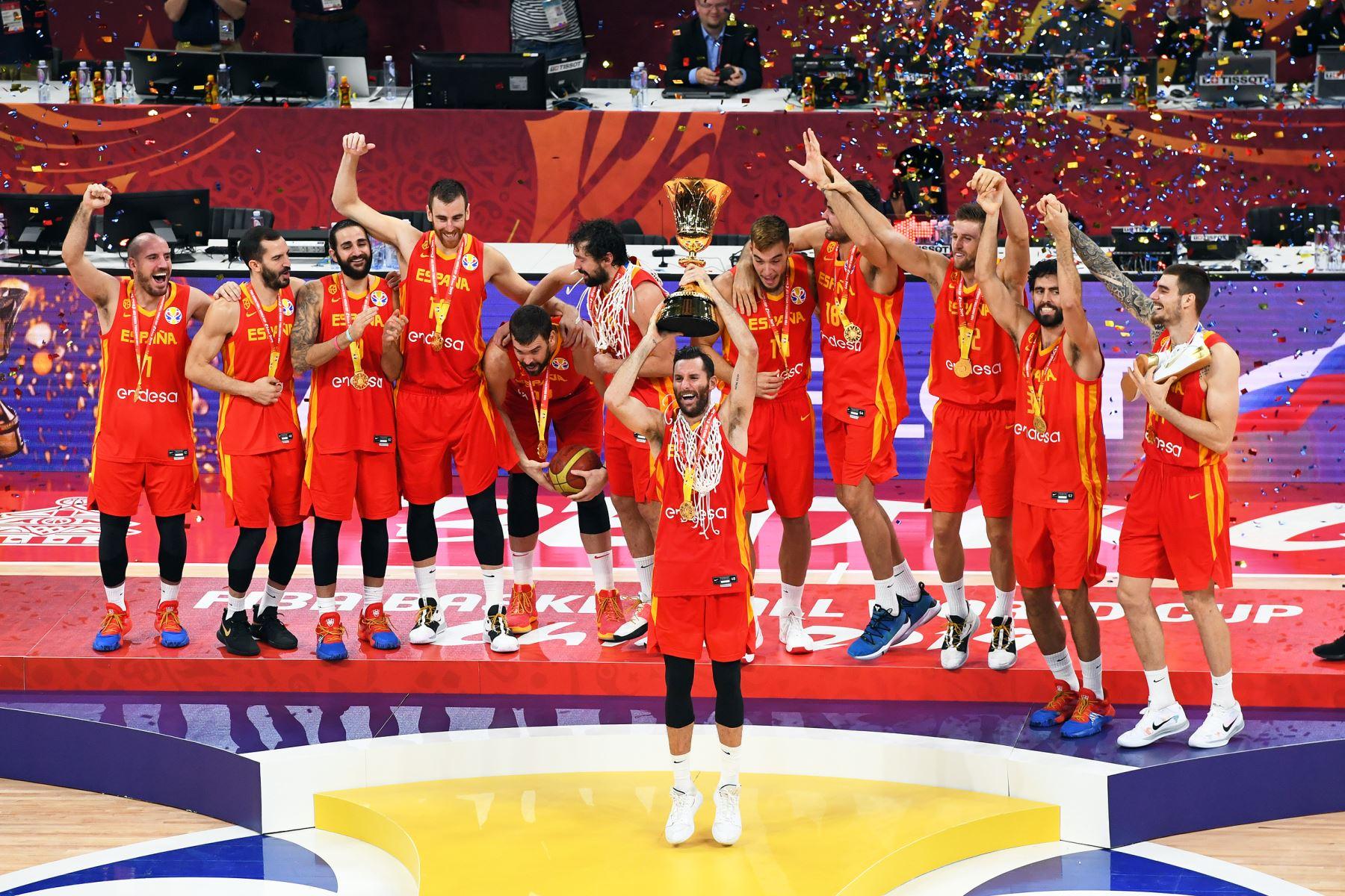 España celebra su triunfo después del partido contra el Equipo Argentina durante las Finales de la Copa Mundial FIBA 2019 en el Cadillac Arena  en Beijing, China.  Foto: AFP