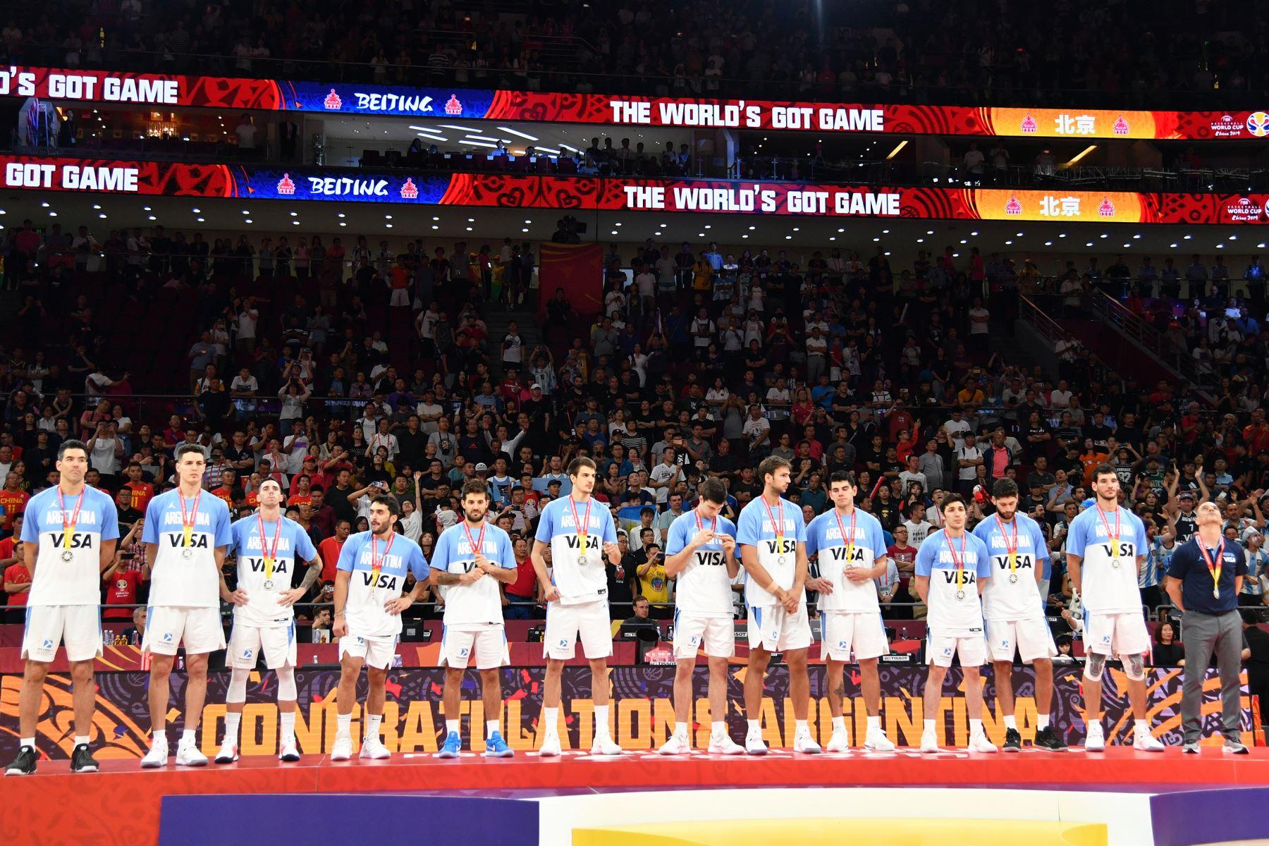 El equipo argentino mira después del partido contra el el equipo de España durante las Finales de la Copa Mundial FIBA 2019 en el Cadillac Arena en China. Foto: AFP