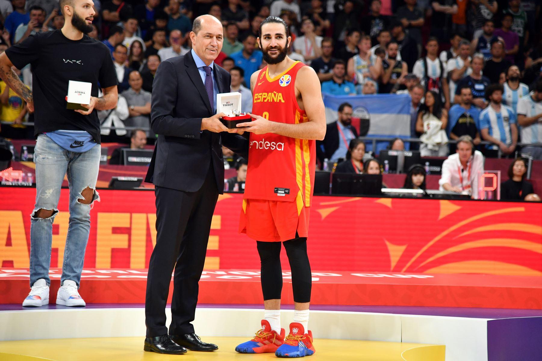 Ricky Rubio recibe un reloj Tissot durante las Finales de la Copa Mundial FIBA 2019 en el Cadillac Arena en Beijing, China. Foto: AFP