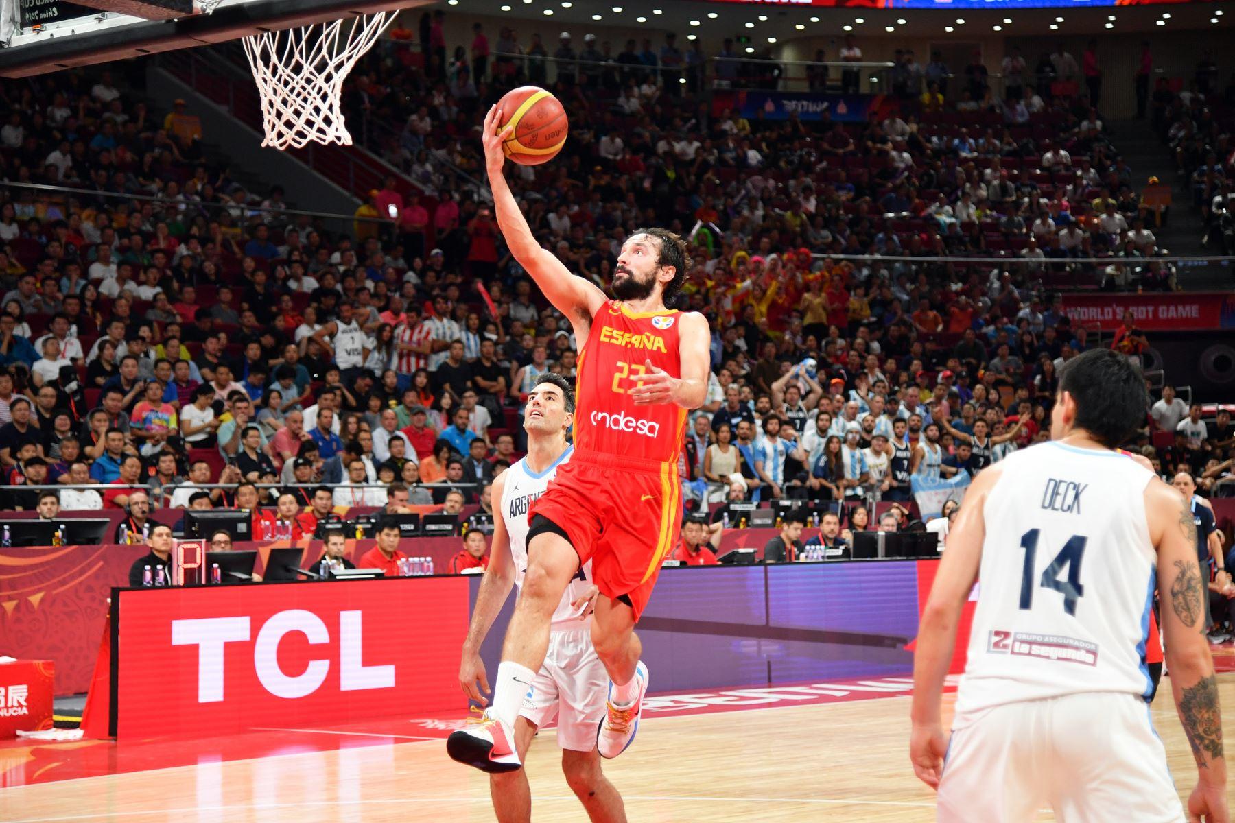 Sergio Llull del equipo de España dispara la pelota durante el juego contra el equipo de Argentina durante las finales de la Copa Mundial FIBA 2019 en el Cadillac Arena en Beijing. Foto: AFP