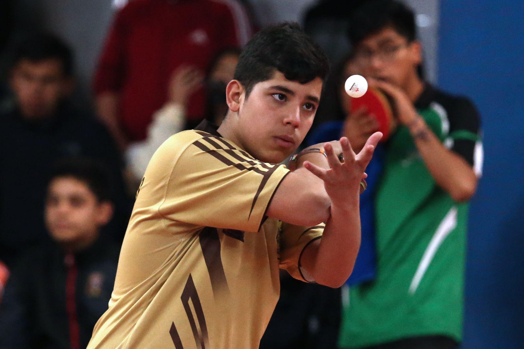 Eduardo Angel Orihuela  Cipriano del Colegio San Francisco de Junín disputa la pelota con Colegio Juan Bosco de Cusco durante el partido de Tenis de Mesa por  los Juegos Deportivos Escolares Nacionales en el Estadio nacional. Foto: Foto: ANDINA/Vidal Tarqui
