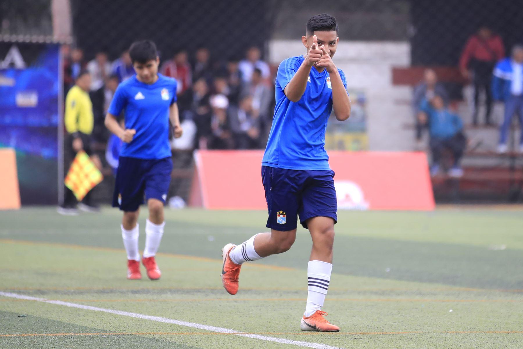 Angelo Vásquez de San Basilio (azul) celebra luego de anotar un gol durante el partido de fútbol por los Juegos Deportivos Escolares Nacionales en el Campo de Marte.   Foto: Andina/Juan Carlos Guzman Negrini
