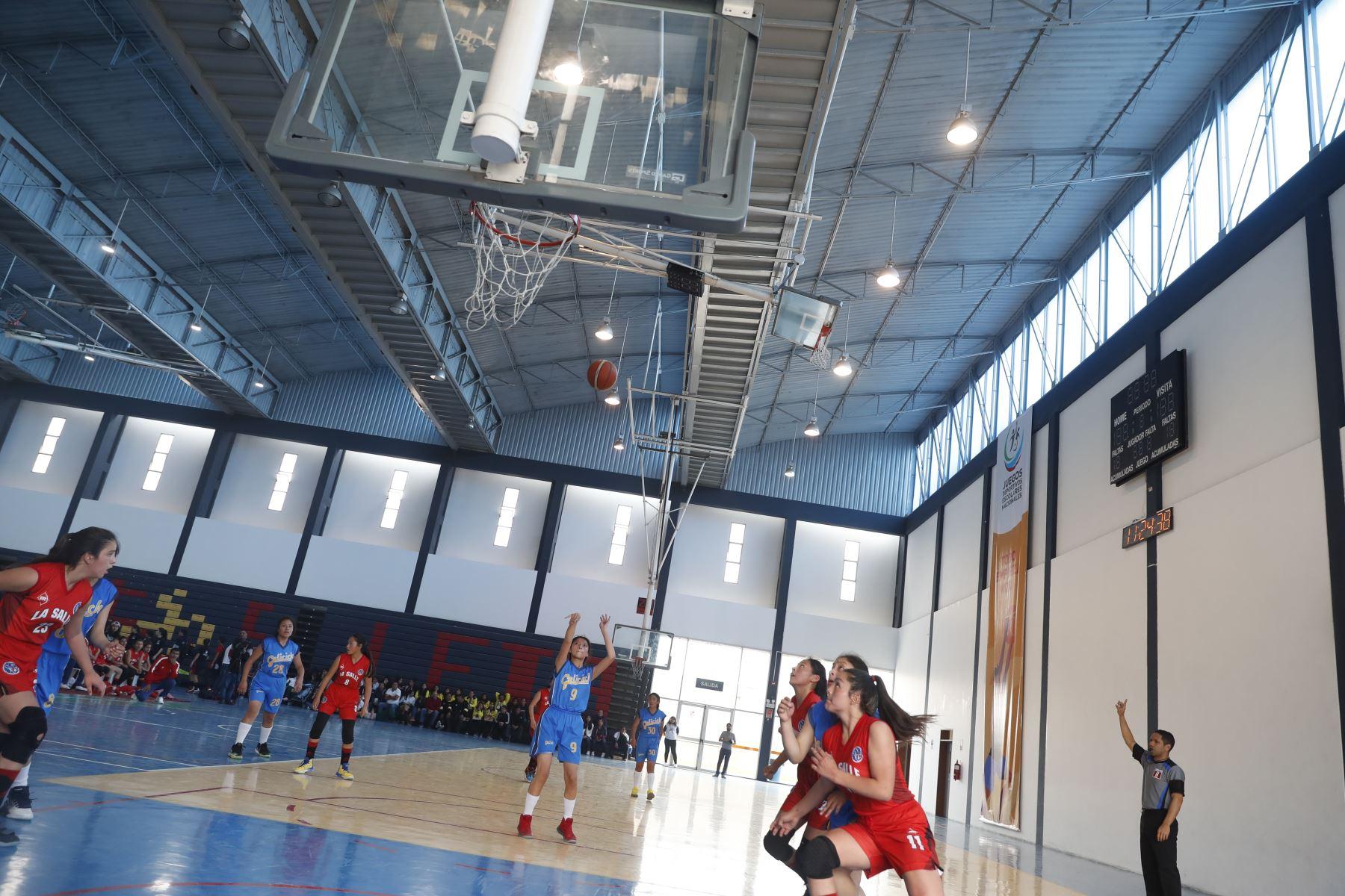 Andrea Ortíz del San José La Salle de Cusco anota punto al I.E Gelicoch en los Juegos Deportivos Escolares Nacionales desarrollado en el colegio La Recoleta de La Molina. Foto: ANDINA/Renato Pajuelo