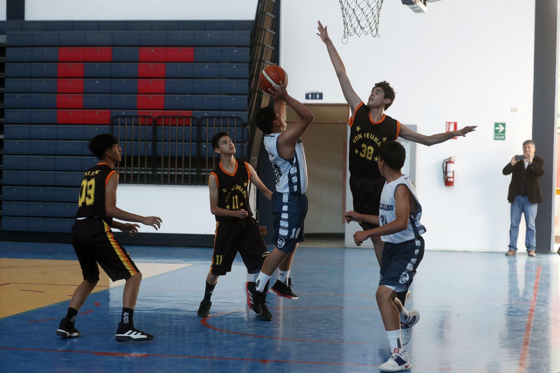 Colegio Von Neumann de Huanuco disputa encuentro con el colegio Don Bosco de Ayacucho en los Juegos Deportivos Escolares Nacionales desarrollado en el colegio La Recoleta de La Molina. Foto: ANDINA/Renato Pajuelo