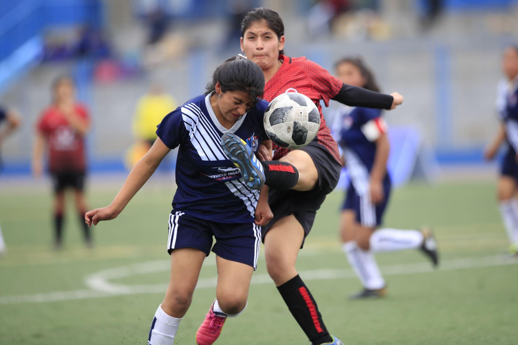 Encuentro de fútbol femenino entre Colegio Leoncio Prado de Apurímac (azul) contra el Colegio Huaral (rojo) en el marco de los Juegos Deportivos Escolares Nacionales en el Colegio Bartolomé Herrera.  Foto: Andina/Juan Carlos Guzman Negrini