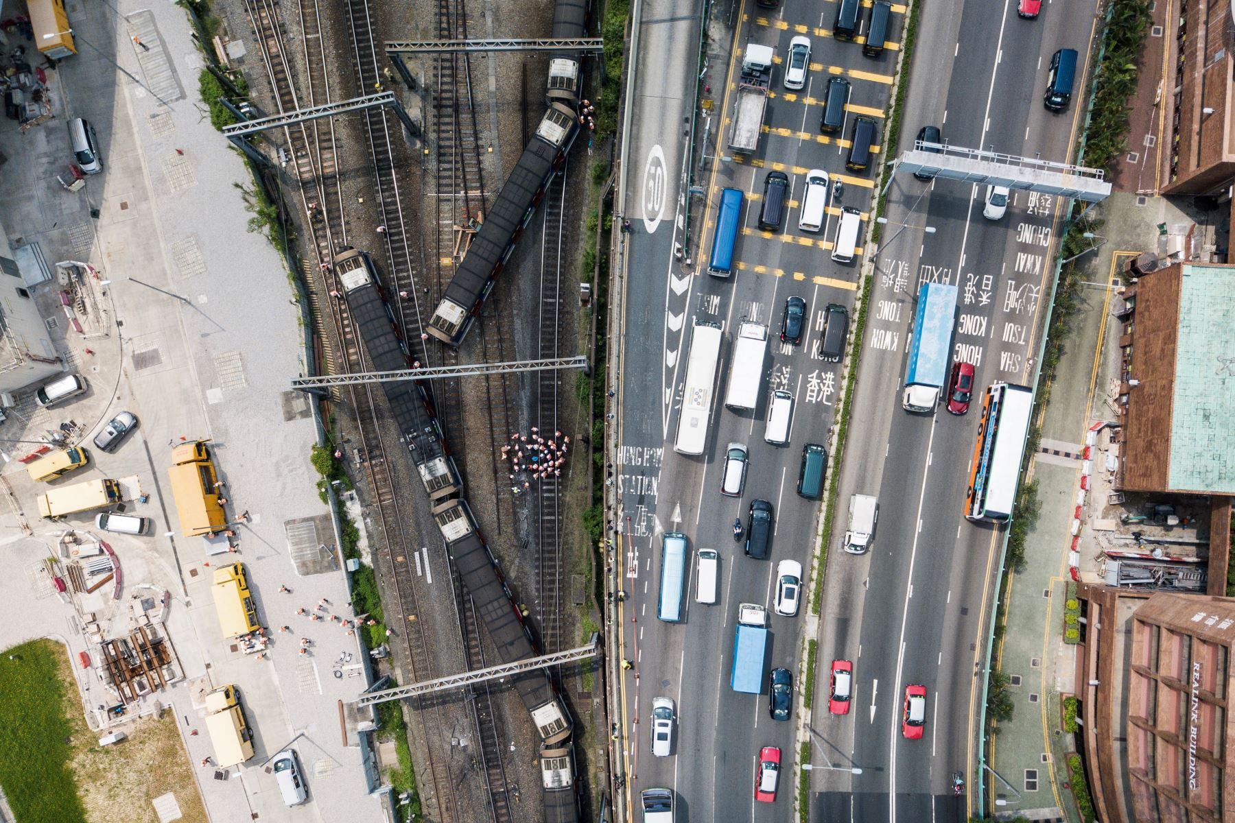 Un tren de pasajeros descarriló en hora punta la mañana de este martes en Hong Kong, dejando ocho heridos, según las autoridades. Foto: AFP