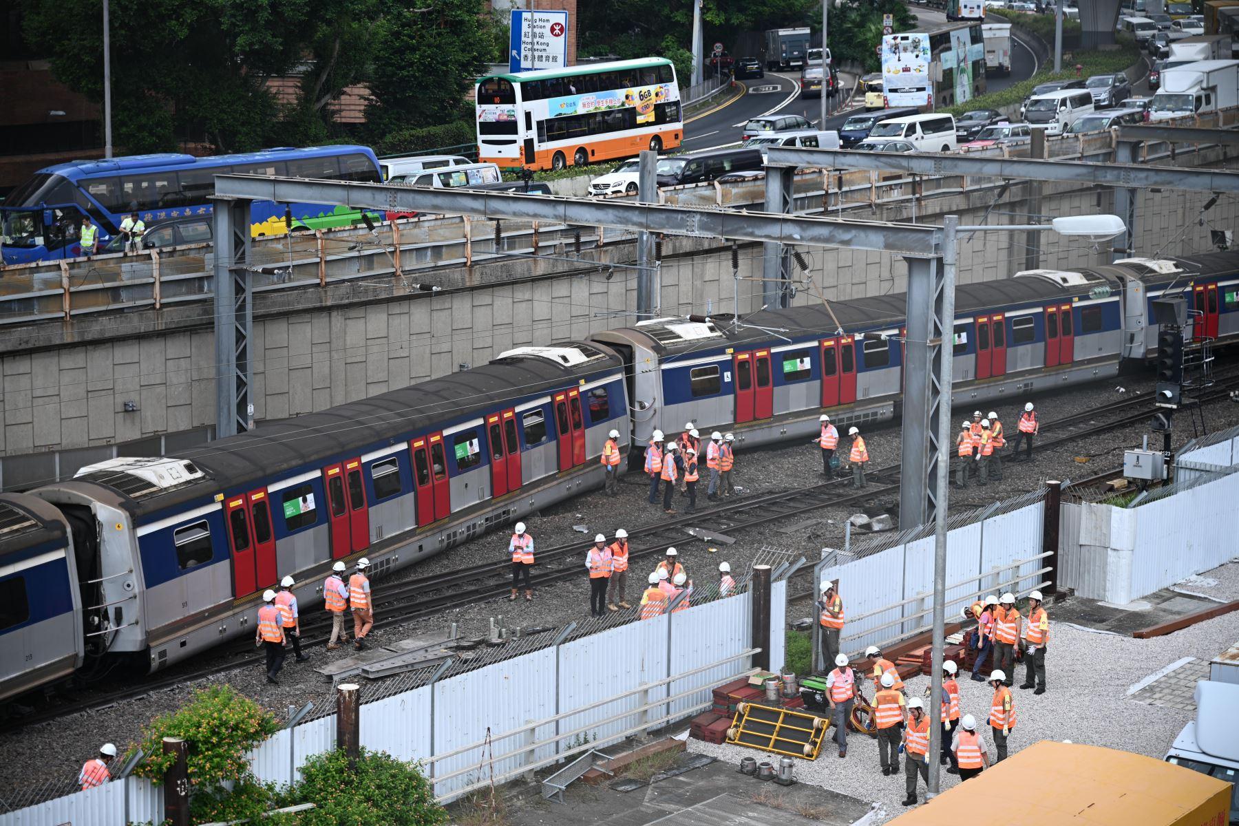 Los pasajeros tuvieron que salir del tren por una puerta rota y cruzar las vías para llegar a una zona segura. Foto: AFP