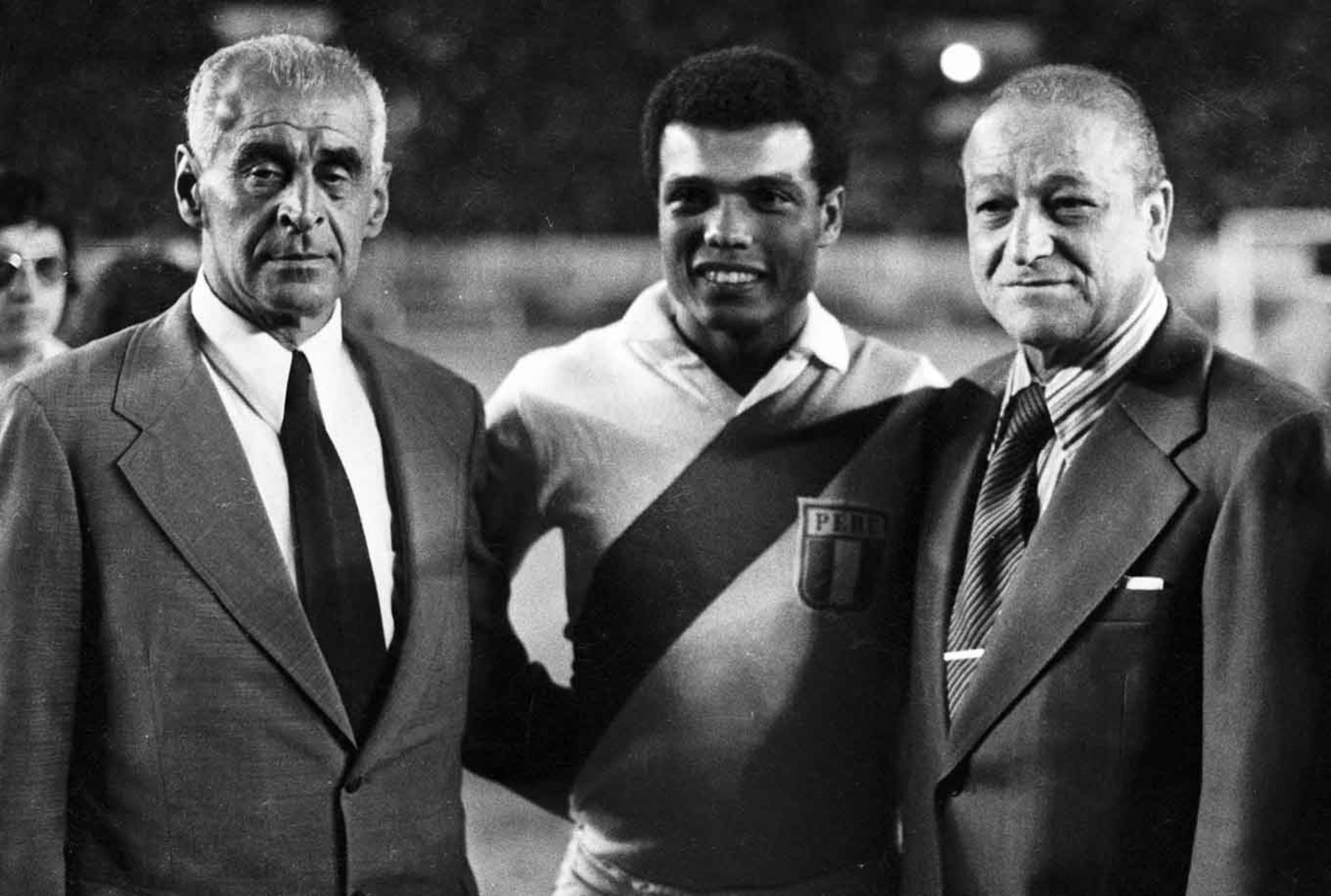 """El gran """" Lolo """" Fernandez junto al """" Nene """" Cubillas, goleador histórico de los mundiales de la selección peruana. Foto: Archivo el Peruano"""