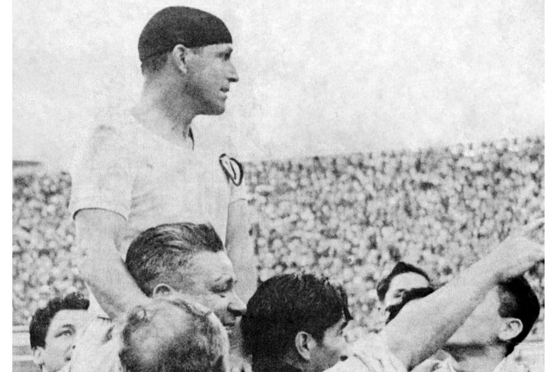 """"""" Lolo """" Fernandez , uno de los máximos ídolos del fútbol peruano. Foto: Archivo el Peruano"""