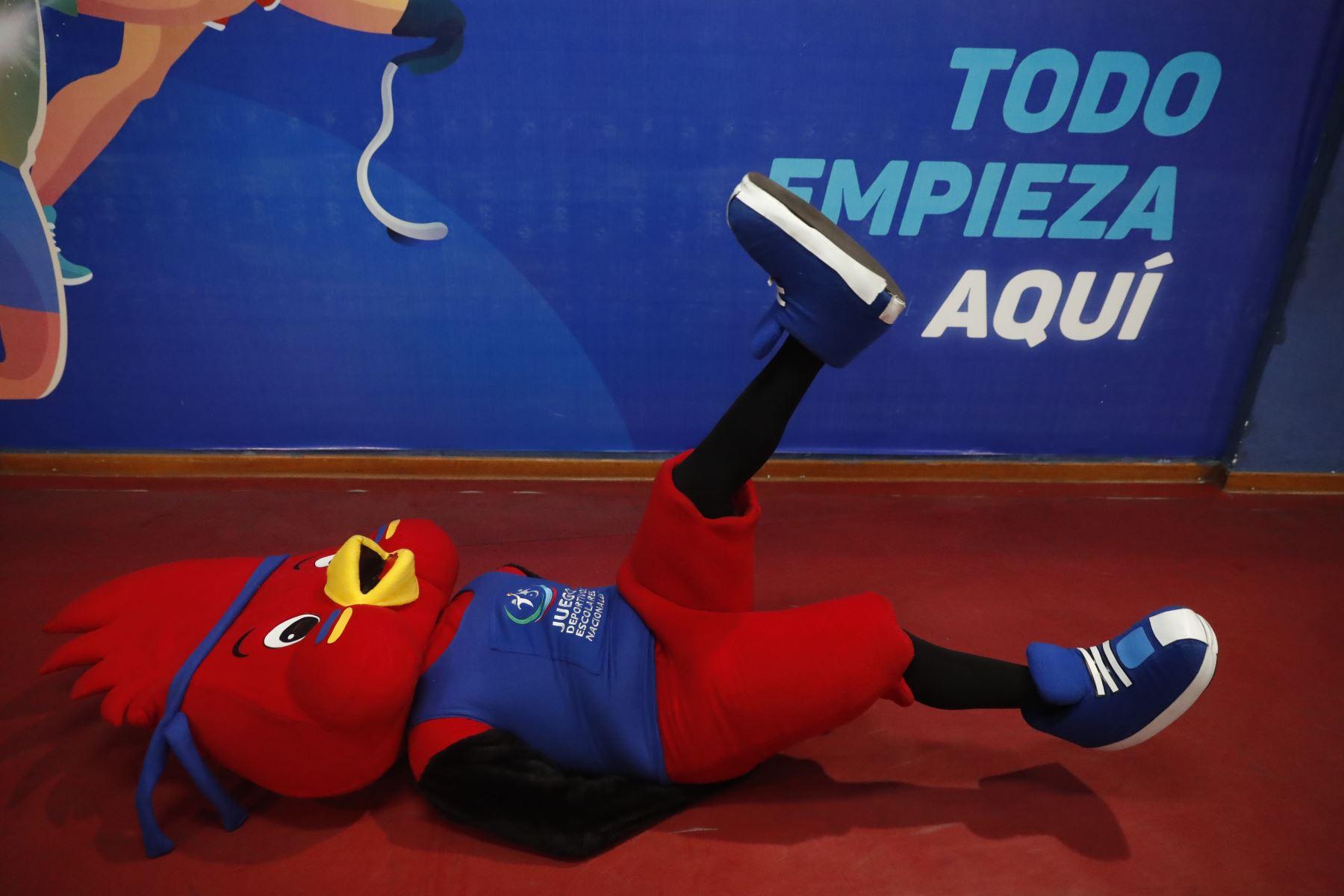 Rafito, mascota oficial de los Juegos Escolares Nacionales 2019 se roba en show durante los encuentros de Tenis de Mesa que se desarrolla en Estadio Nacional. Foto: ANDINA/Renato Pajuelo