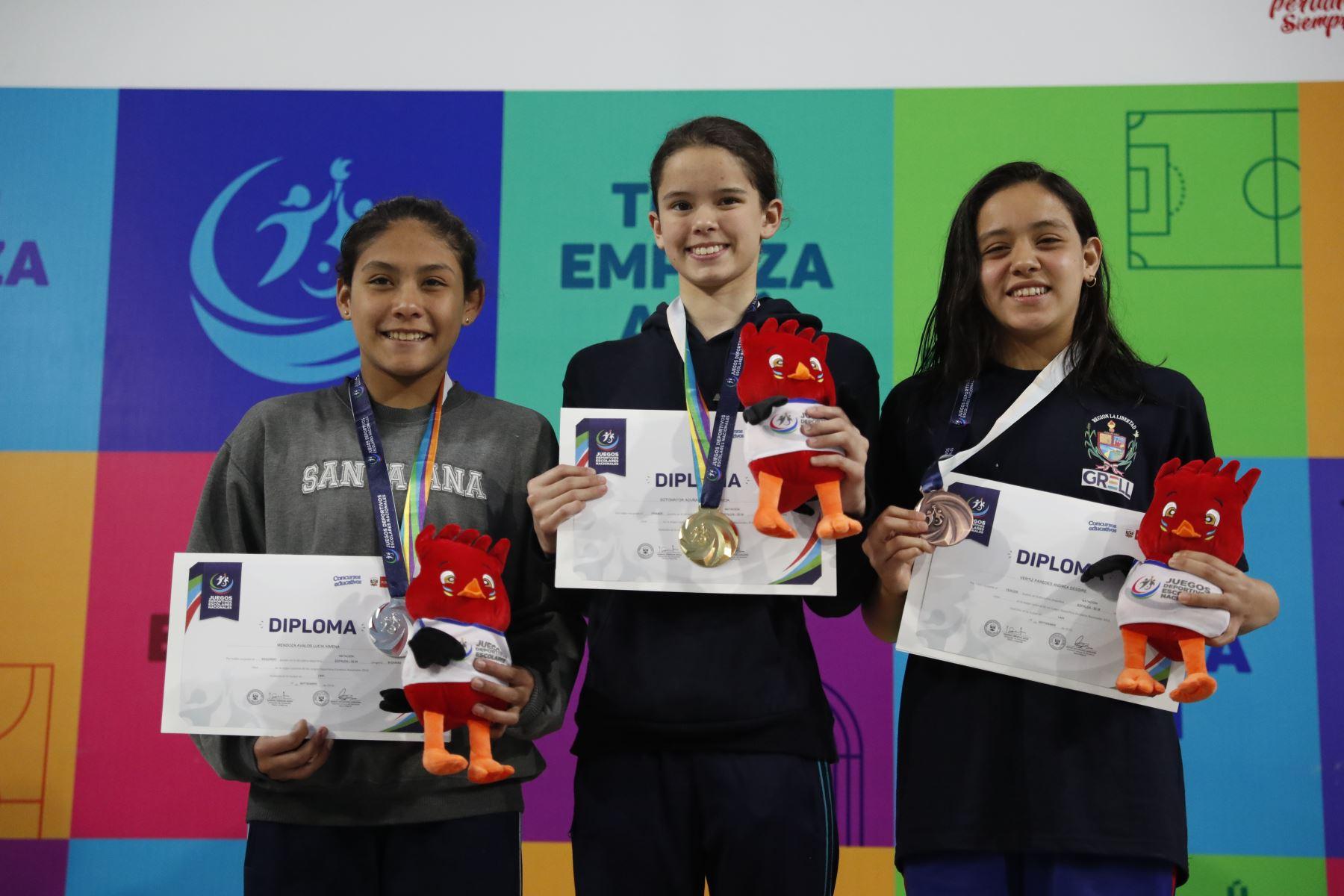 Alexia Sotomayor del Colegio Salcantay de Lima gana la medalla de oro categoria espalda 50m por  los Juegos Deportivos Escolares Nacionales en el Centro Acuático de la Videna.Foto: ANDINA/ Carlos Lezama