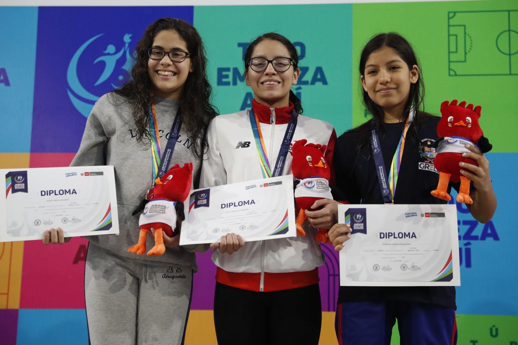 Fernanda León gana la medalla de oro estilo mariposa 100m. por  los Juegos Deportivos Escolares Nacionales en el Centro Acuático de la Videna.Foto: ANDINA/ Carlos Lezama