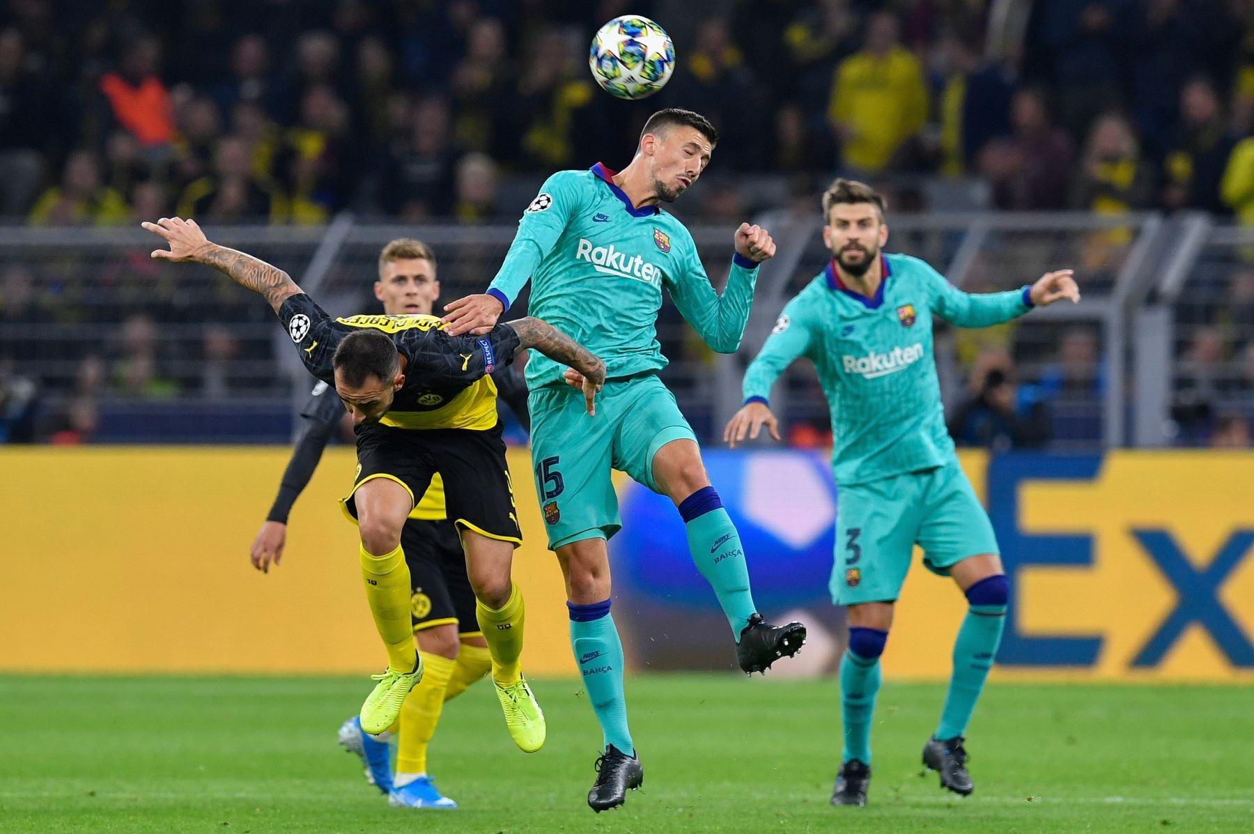 El delantero español del Dortmund Paco Alcacer (L) y el defensa francés del Barcelona Clement Lenglet (C) compiten por el balón durante el partido de fútbol del Grupo F de la UEFA Champions League.Foto:AFP